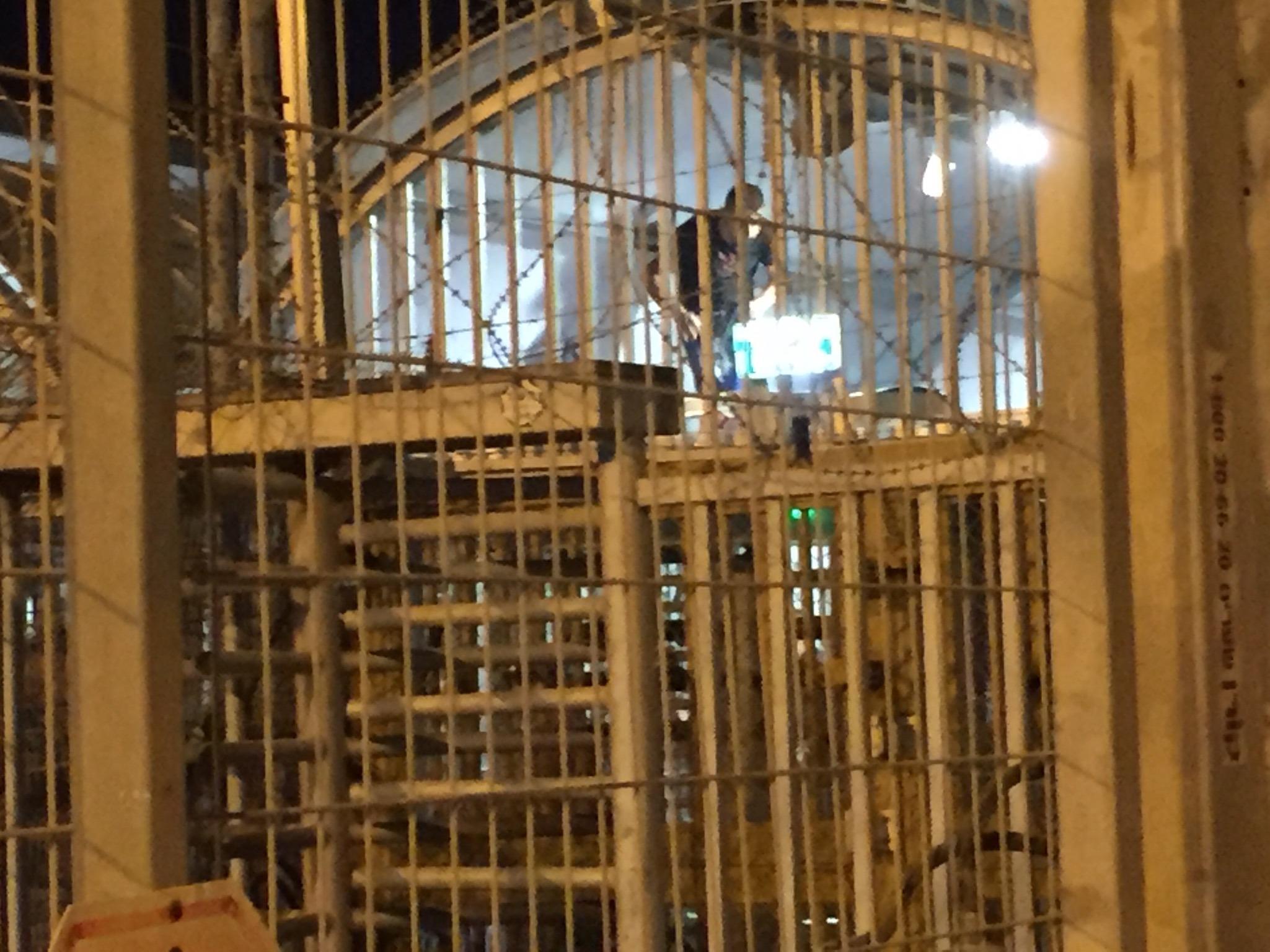 פלסטיני מטפס על המחסום.jpg