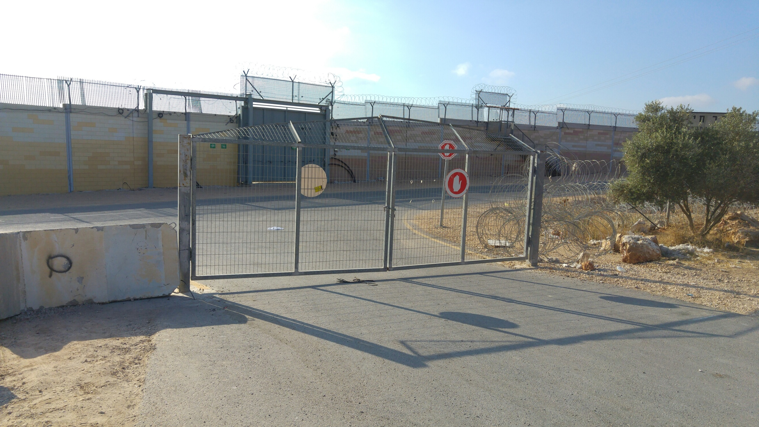 Since the gate between Oranit and the security road is locked the farmers are unable to cross.