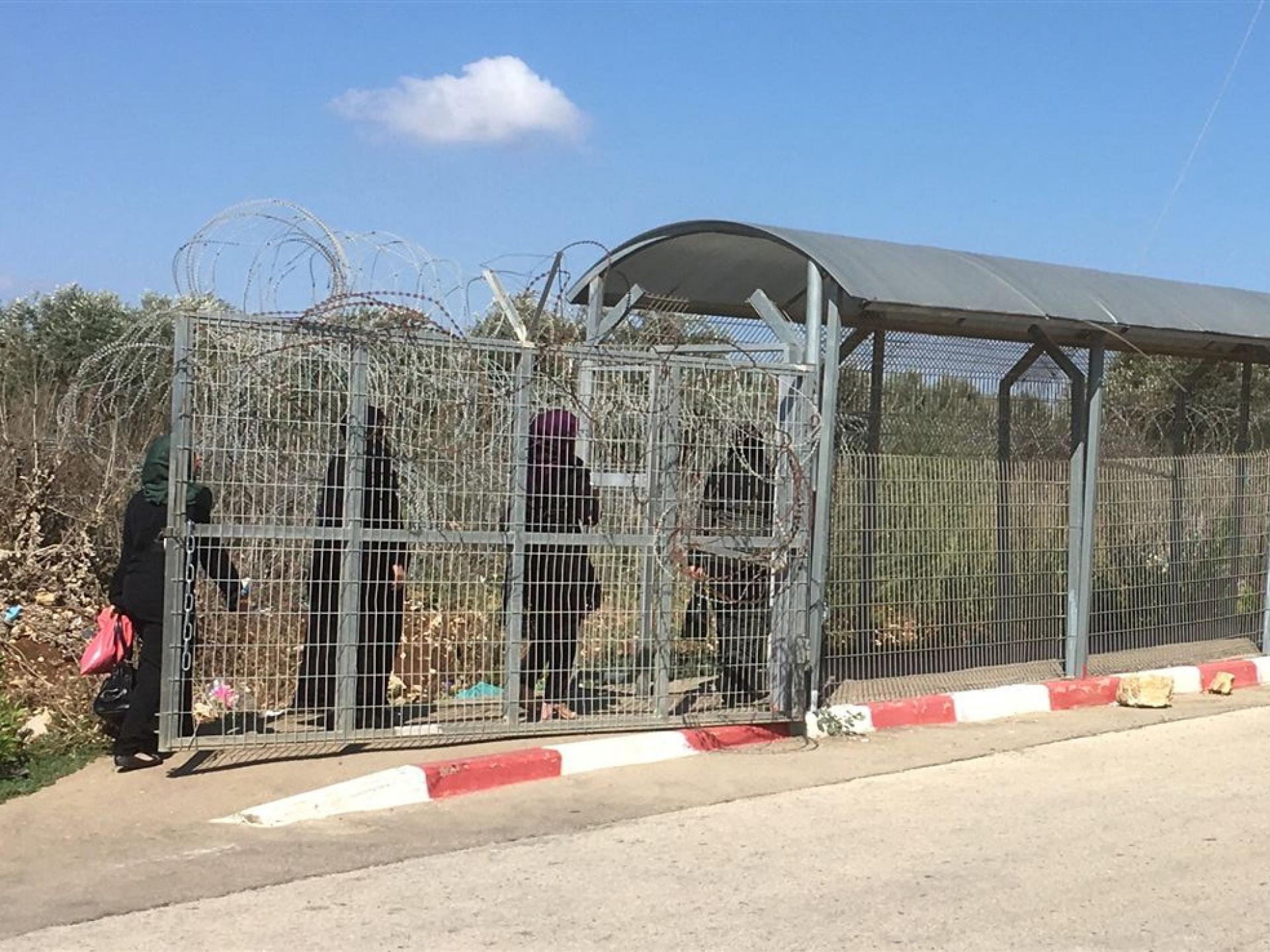 מחסום טורה: ארבע נשים עוברות בשרוול לכיוון הגדה