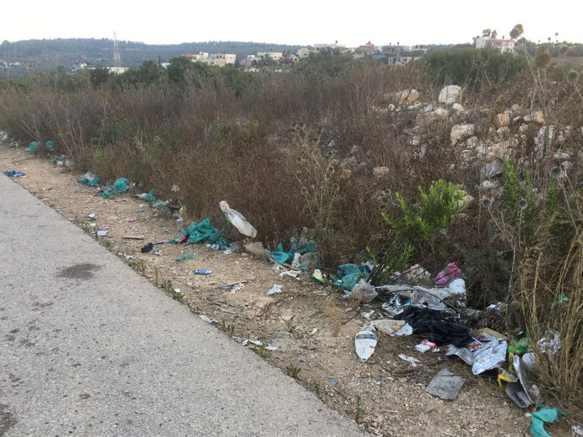 """מחסום טורה 12.7.2018: אשפה צה""""לית לאורך כל הדרך למחסום"""