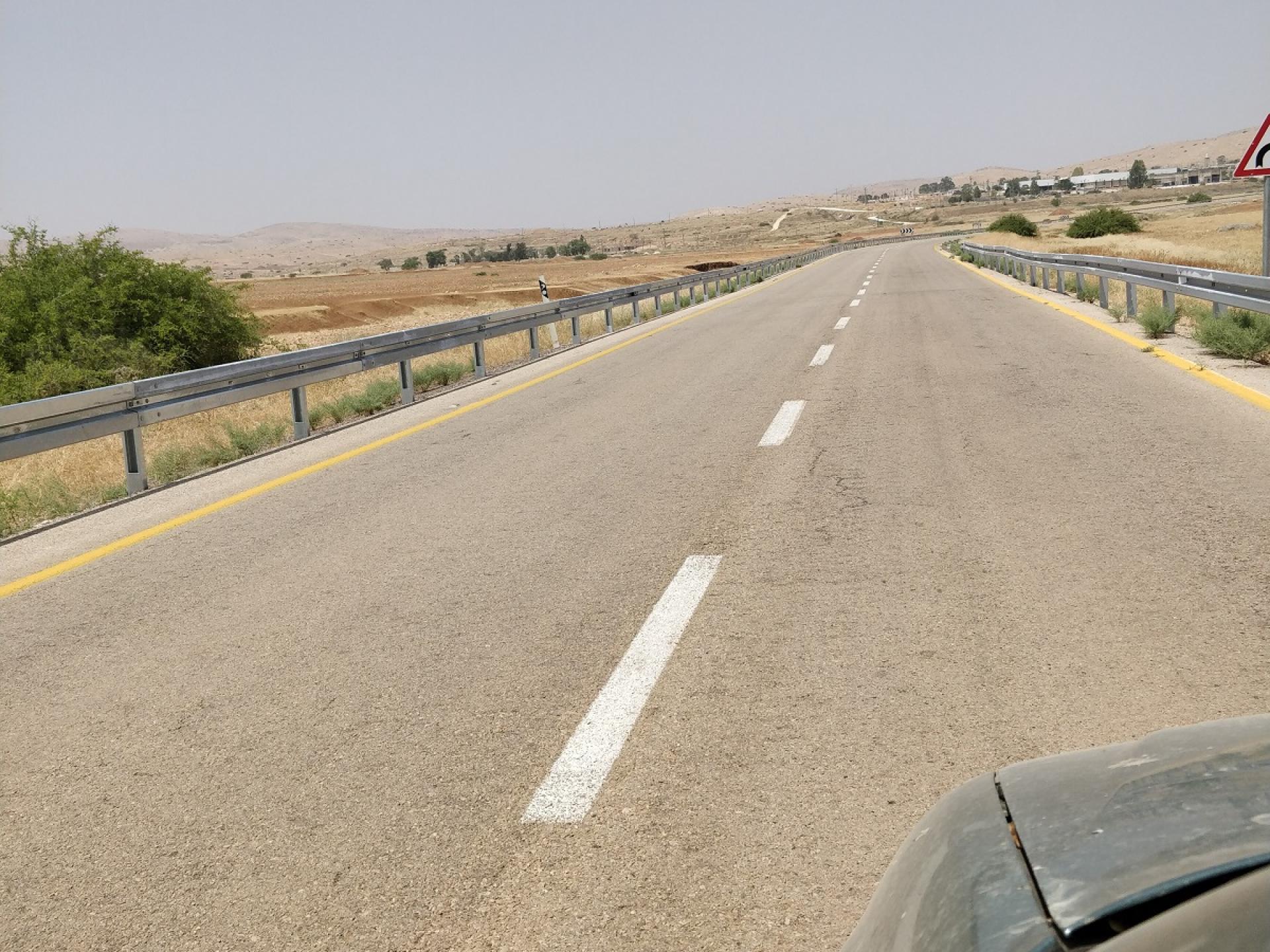 בקעת הירדן: גדרות ביטחון בלוף. מטרתן למנוע מרועים פלסטינים לחצות את הכביש עם העדרים