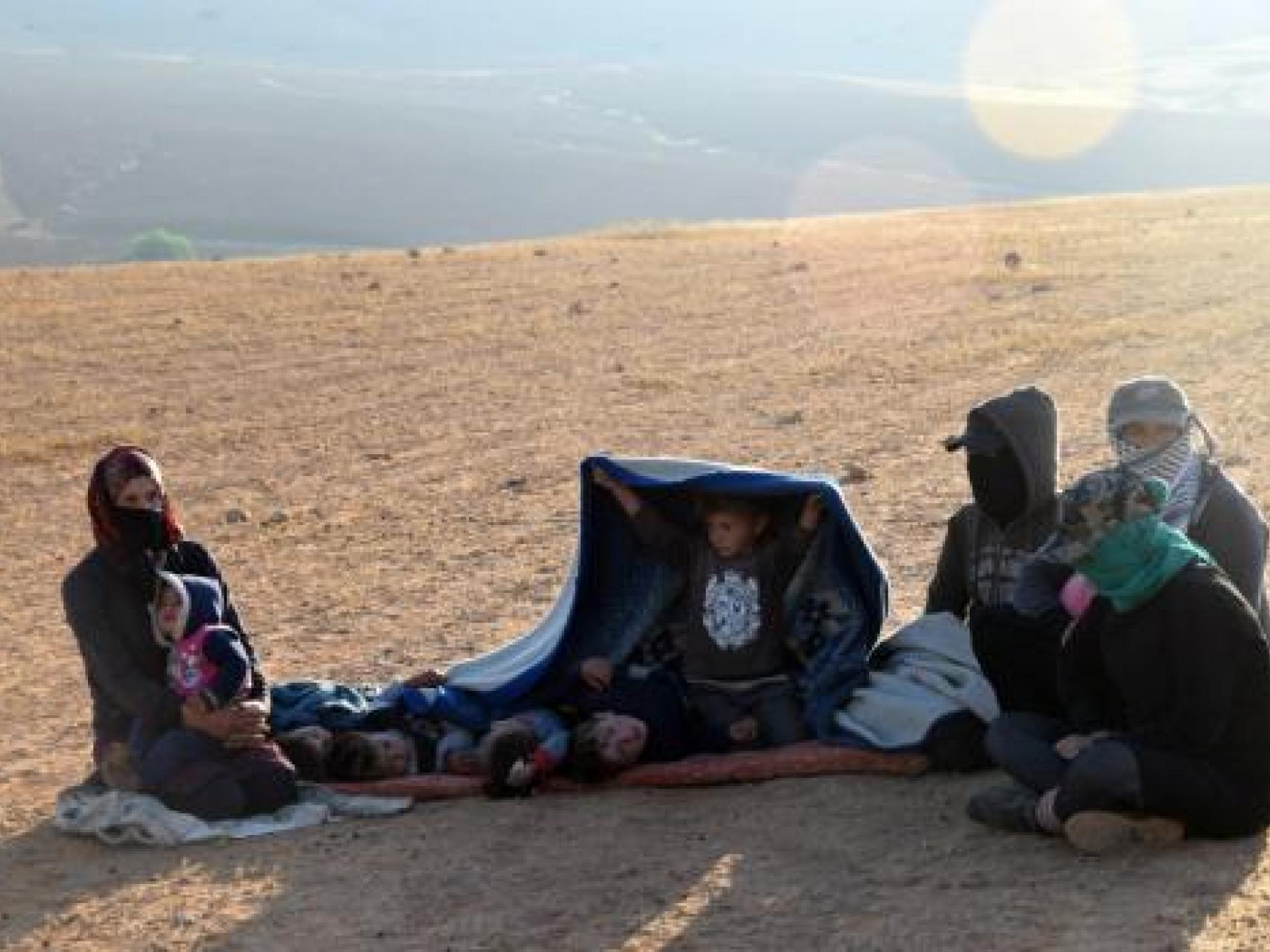 חומסה: מחכים בשמש לסיום אימונ הצבא כדי שיוכלו לחזור לבתיהם