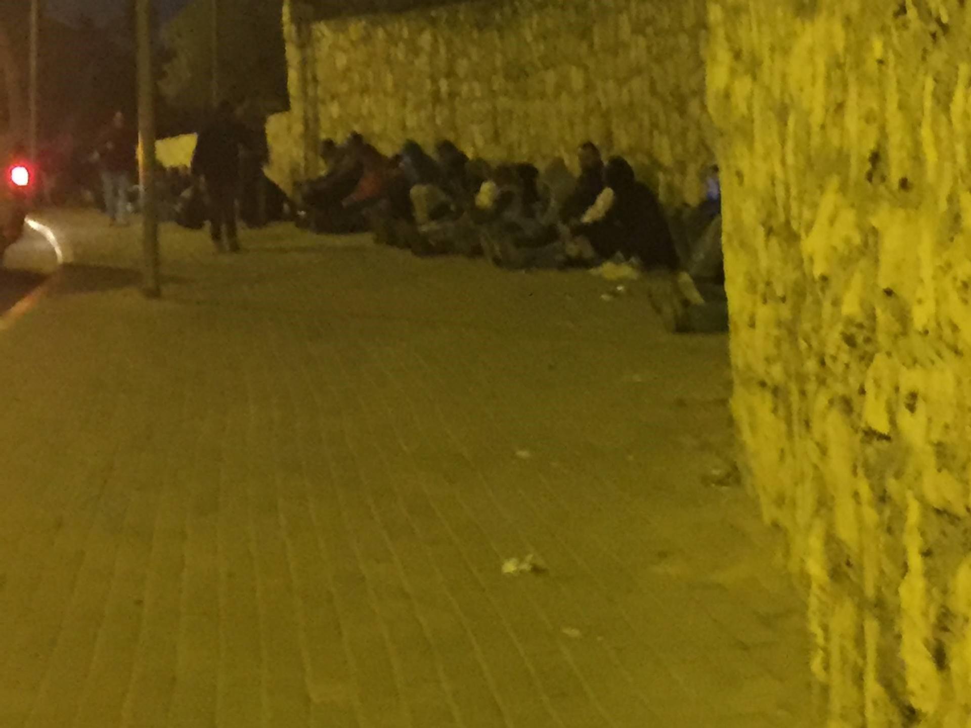 מחסום בית לחם 05:15: ממתינים על המדרכות, מנמנמים, שקועים במחשבות