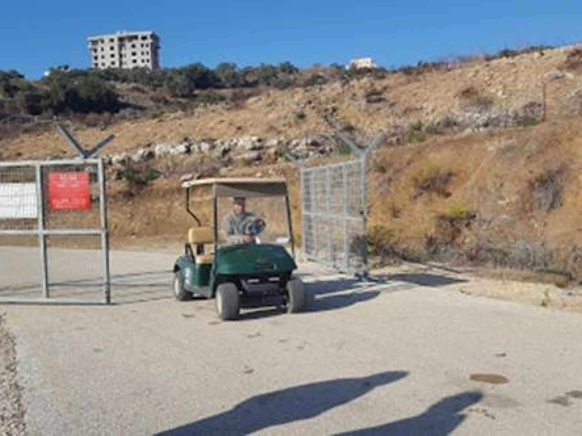 מחסום טייבה רומנה: לאחר כרבע שעה הפלסטיני (מכר ותיק) הורשה להמשיך בדרכו להפתעתנו.