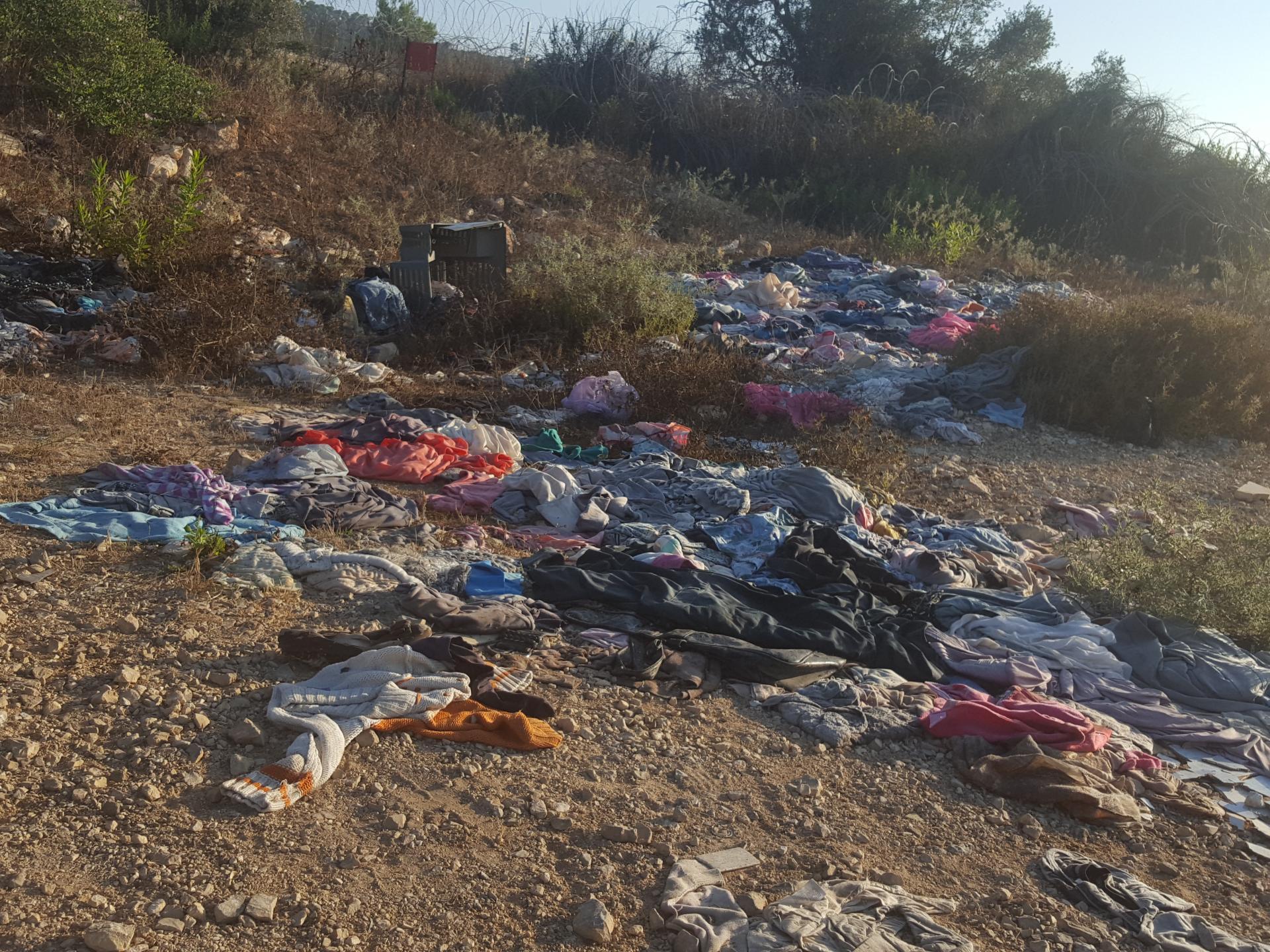 מחסום עאנין 11.7.18 - בגדים (שמסרנו לאנשים) והושלכו למטע הזיתים קרוב למחסום