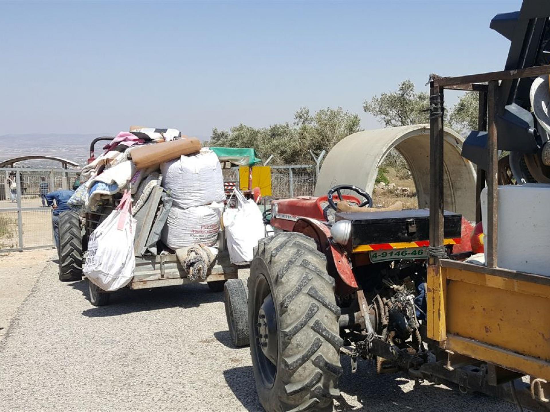 מחסום עאנין: טרקטורים חוזרים לכפר עם גרוטאות למחזור