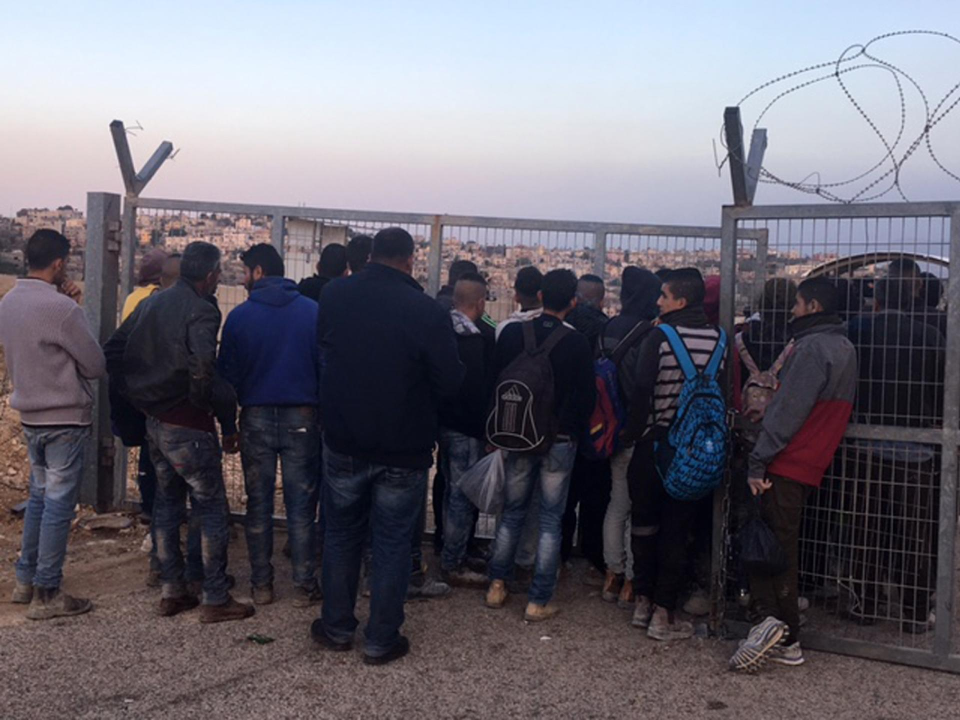 A'anin Checkpoint: People crowding at the gate on the way back to the village