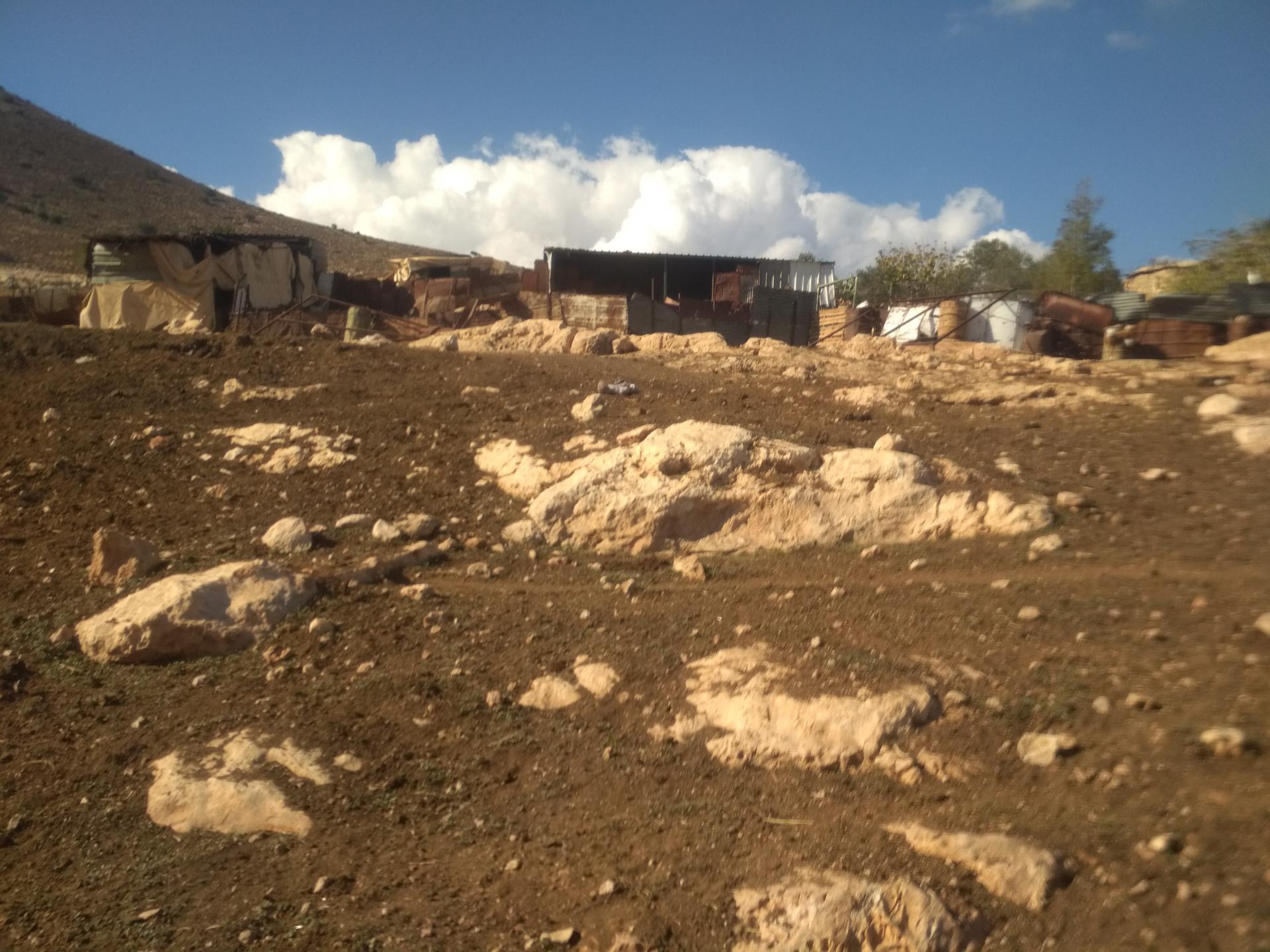 בקעת הירדן: הפחונים (המיועדים להריסה) בהם מתגוררת משפחת דַרַגמֶה