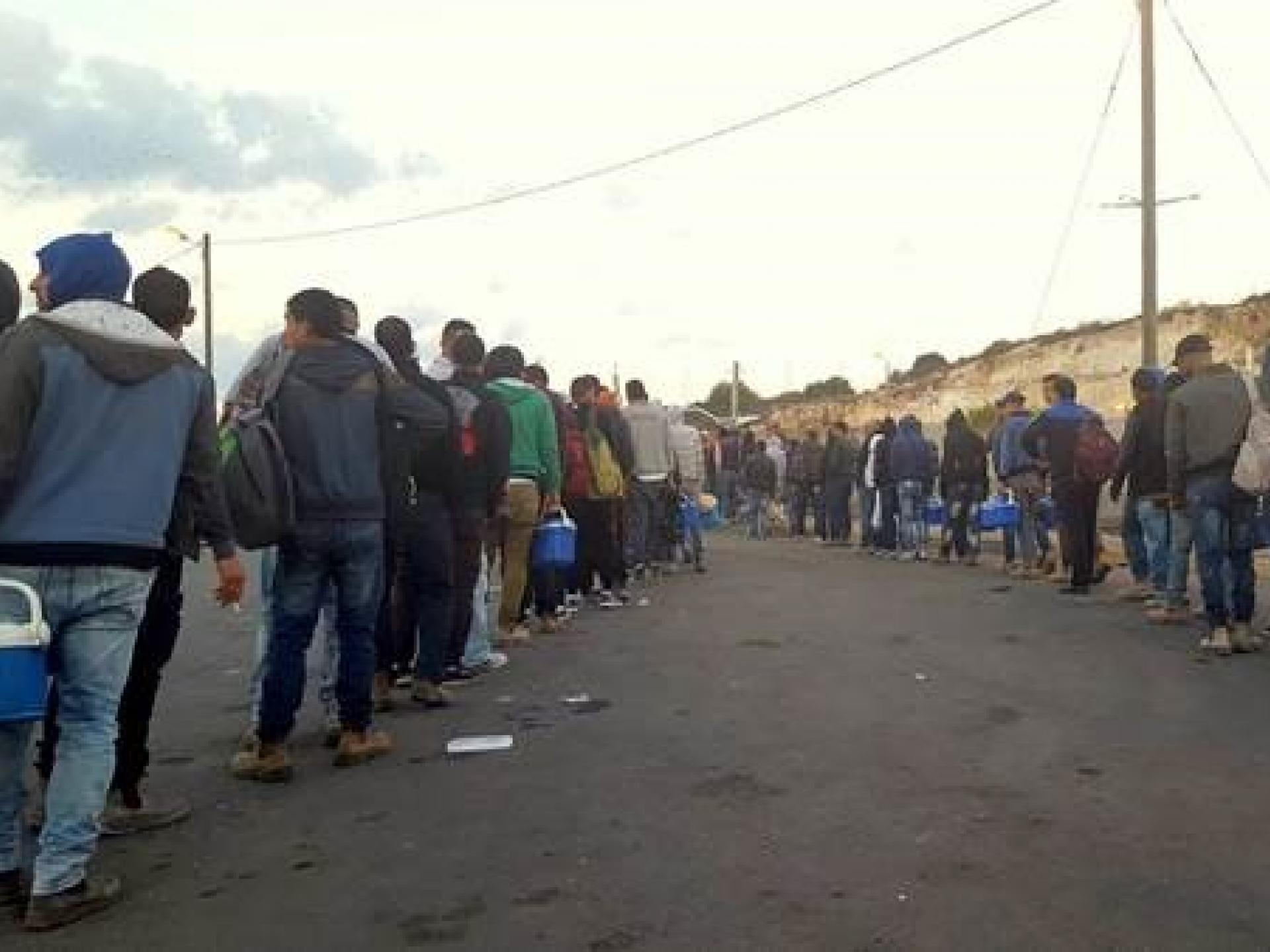 מחסום ברטעה 0555: פועלים יוצאים לעבוד בישראל. תור מפוצל מתקדם לאט לעבר הטרמינל