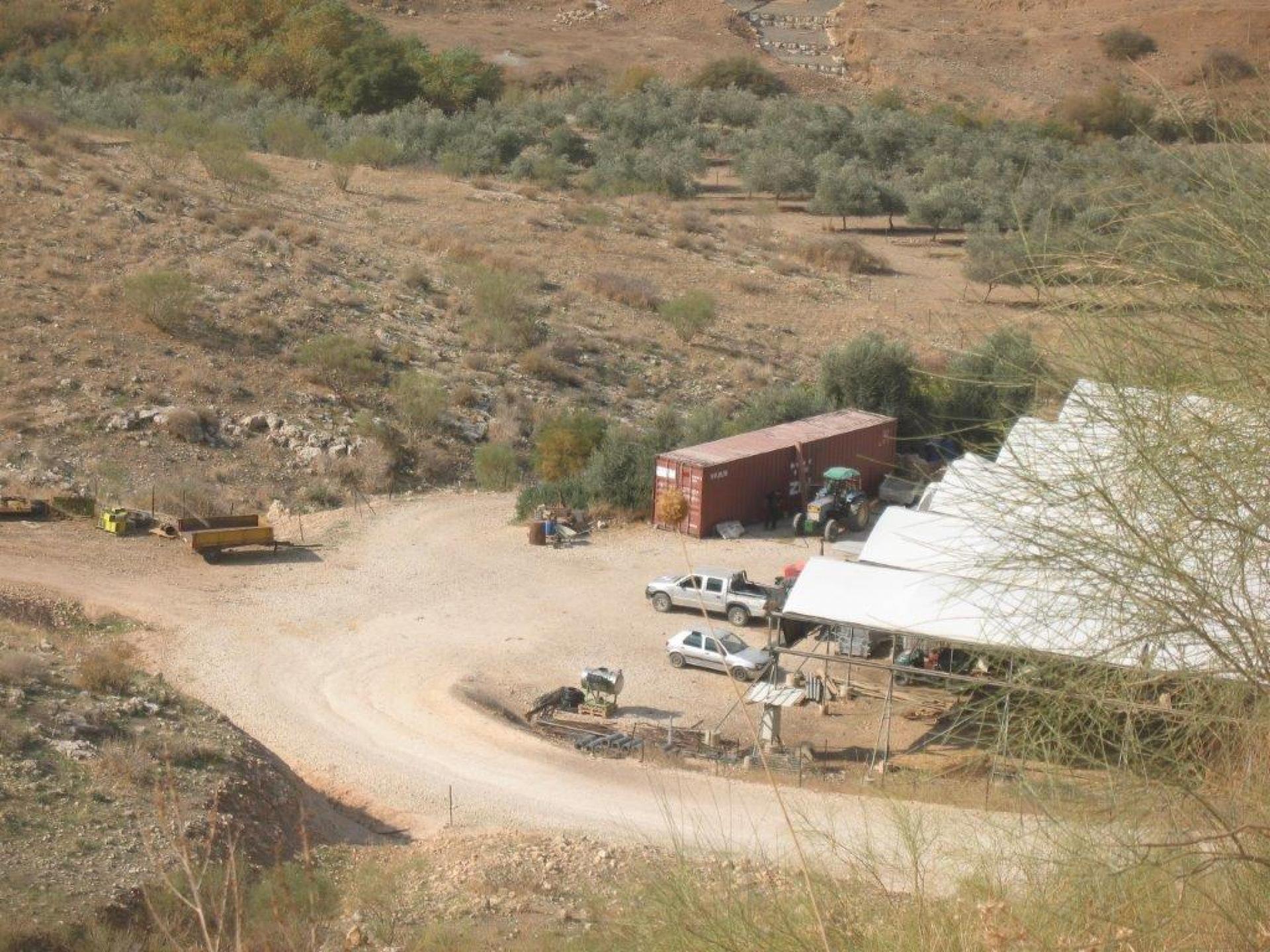 בקעת הירדן: המאחז מדרום לכביש העולה להתנחלות רותם