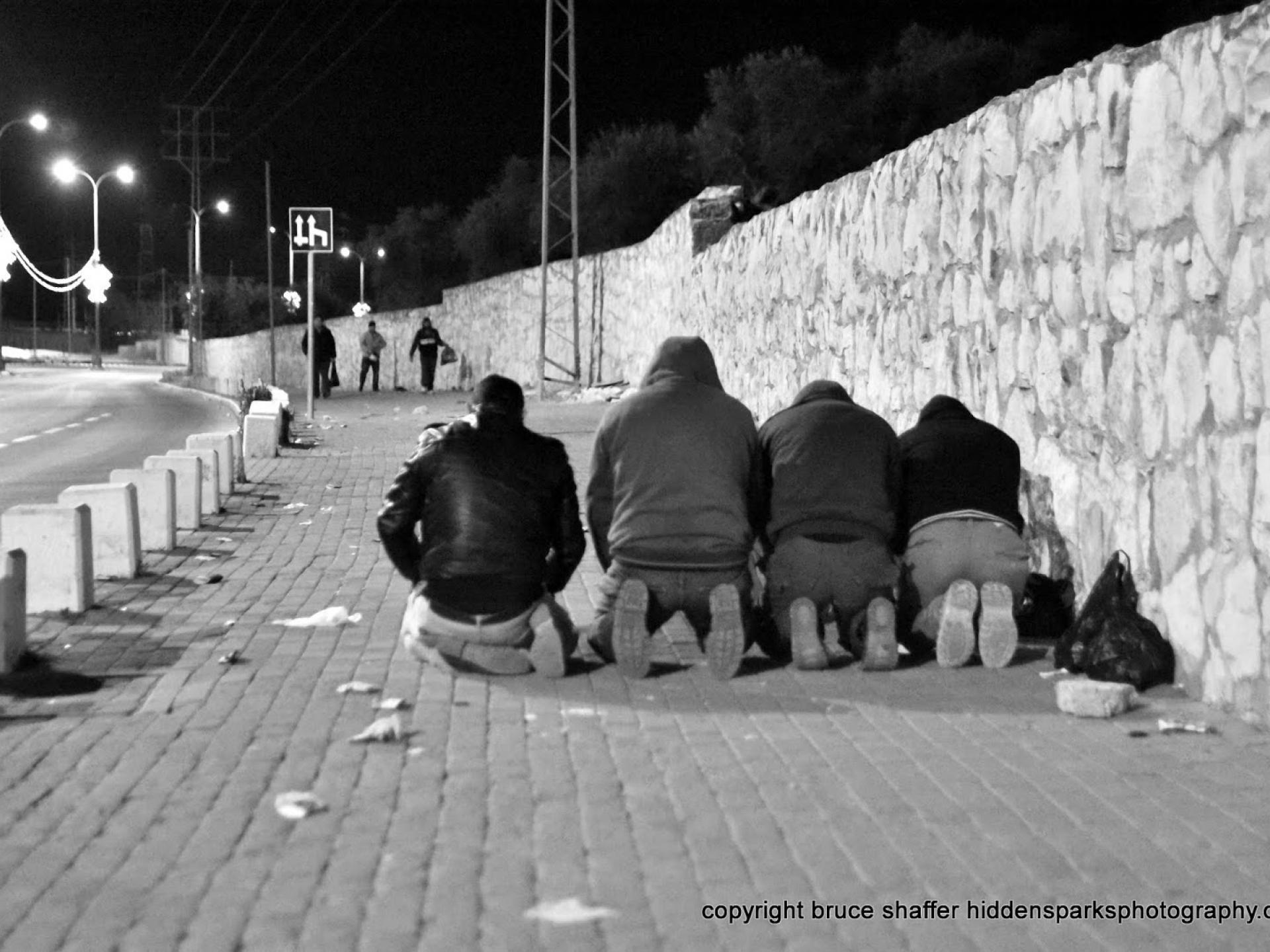 מחסום בית לחם: מתפללים על המדרכה