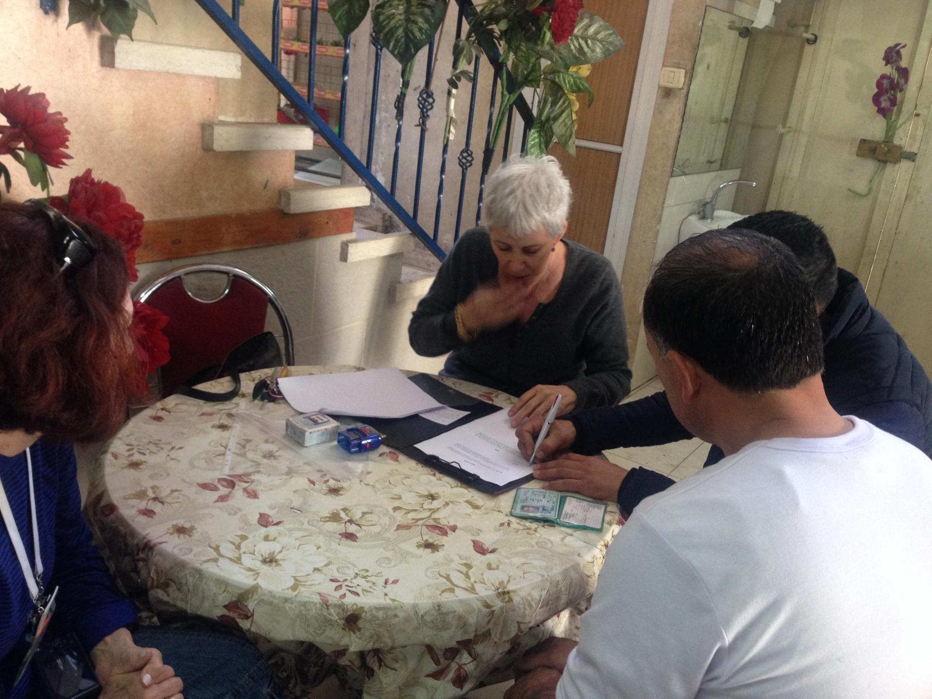 ליאורה מכינה את המסמכים לבקשה: הסרת מניעה