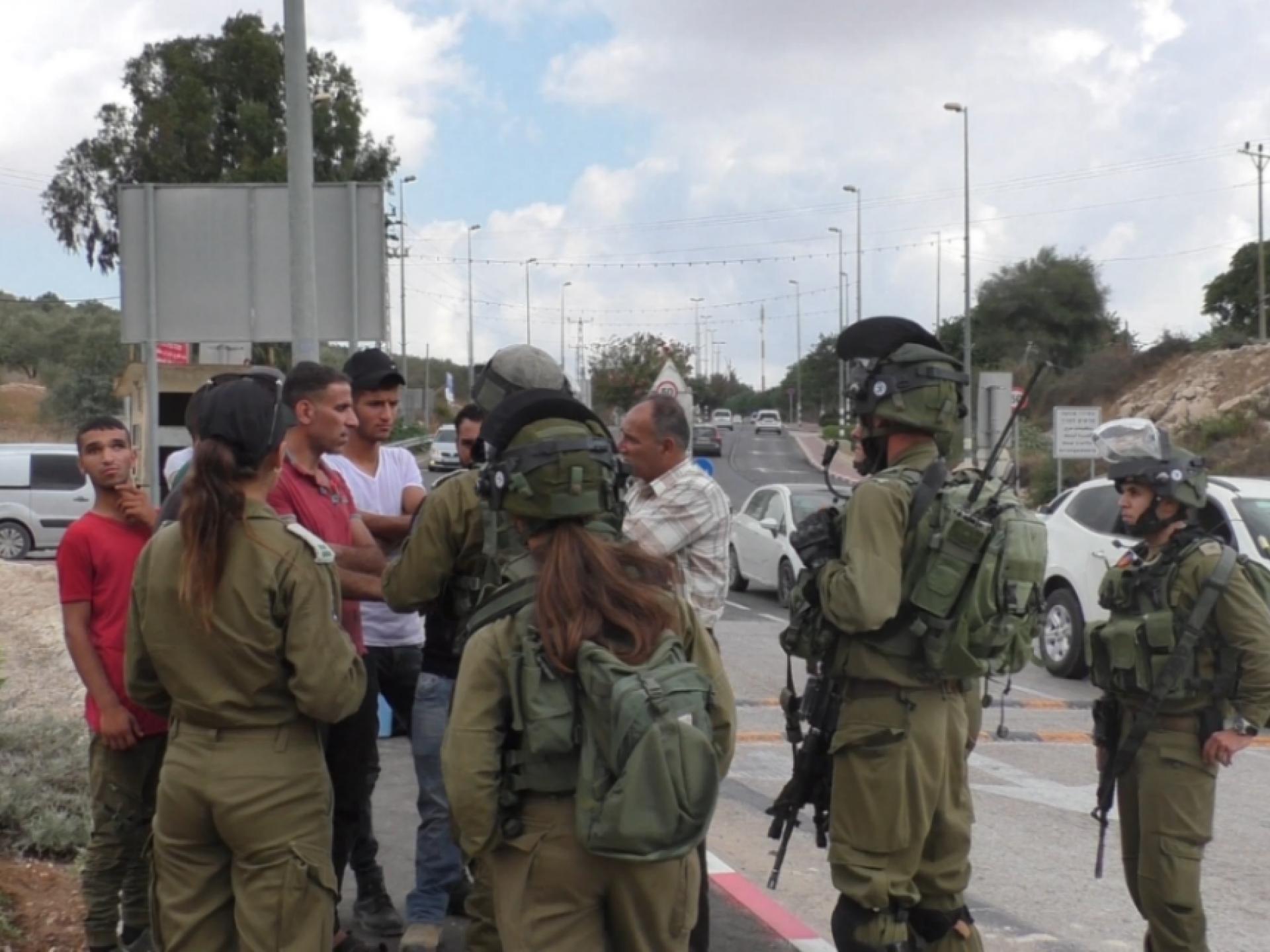 חקלאים פלסטינים ופעילים מול חיילים ישראלים