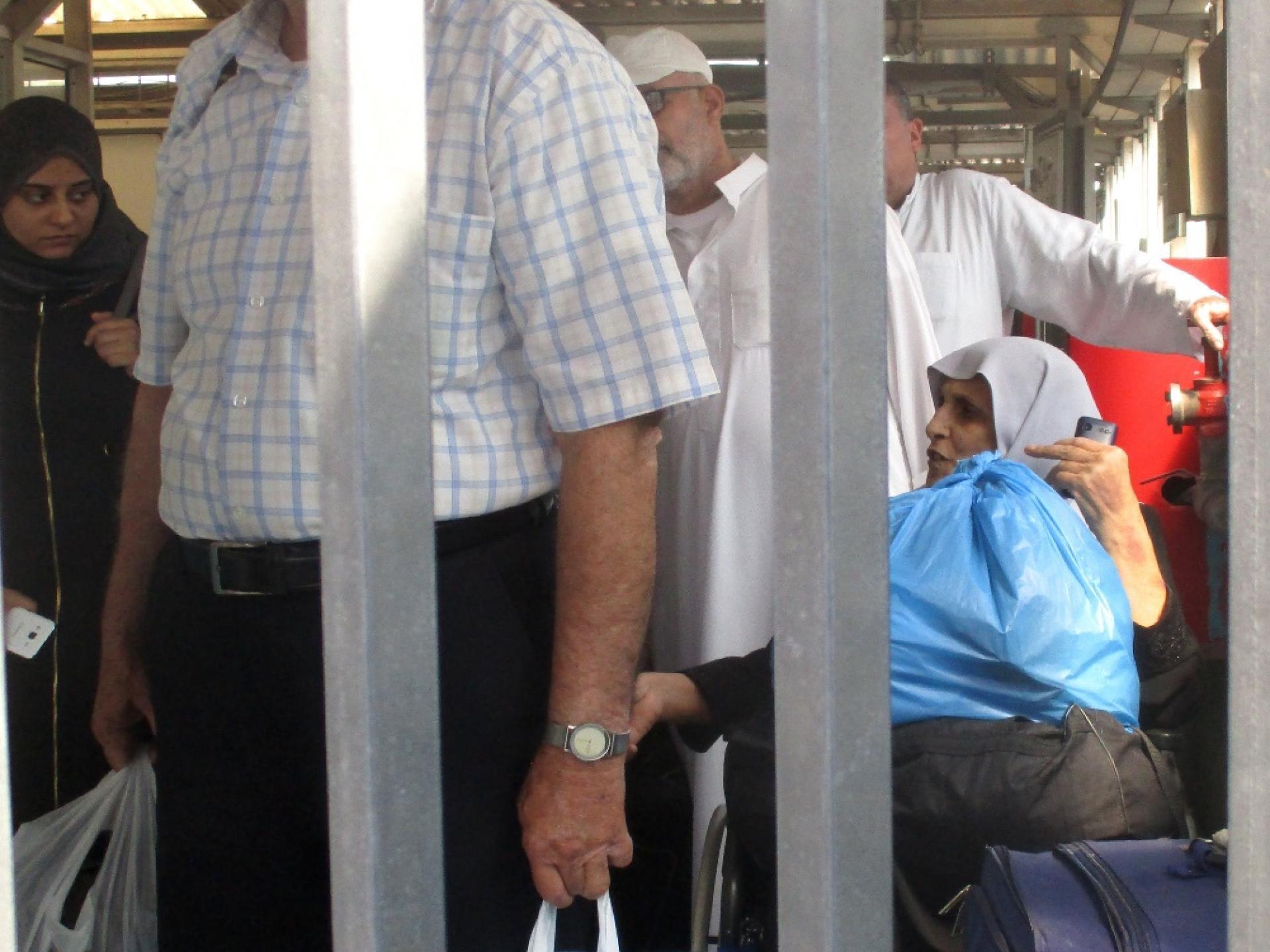 מחסום קלנדיה 5.8.2018  מחכים בשקט לעבור את המחסום בדרך הביתה לעזה