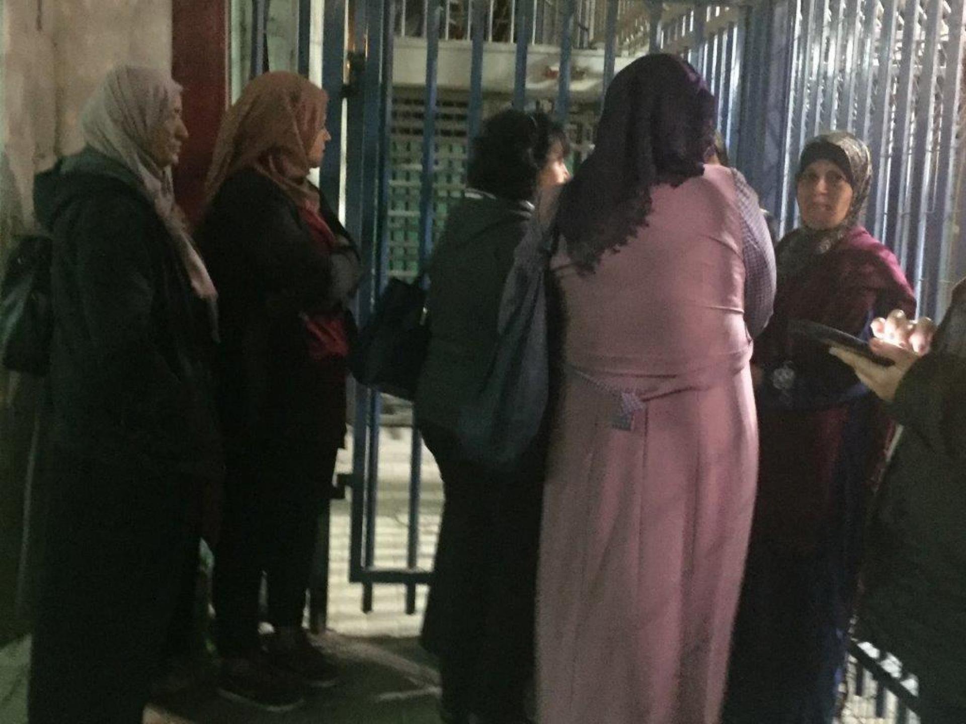 נשים ממתינות לפתיחת השער ההומניטרי