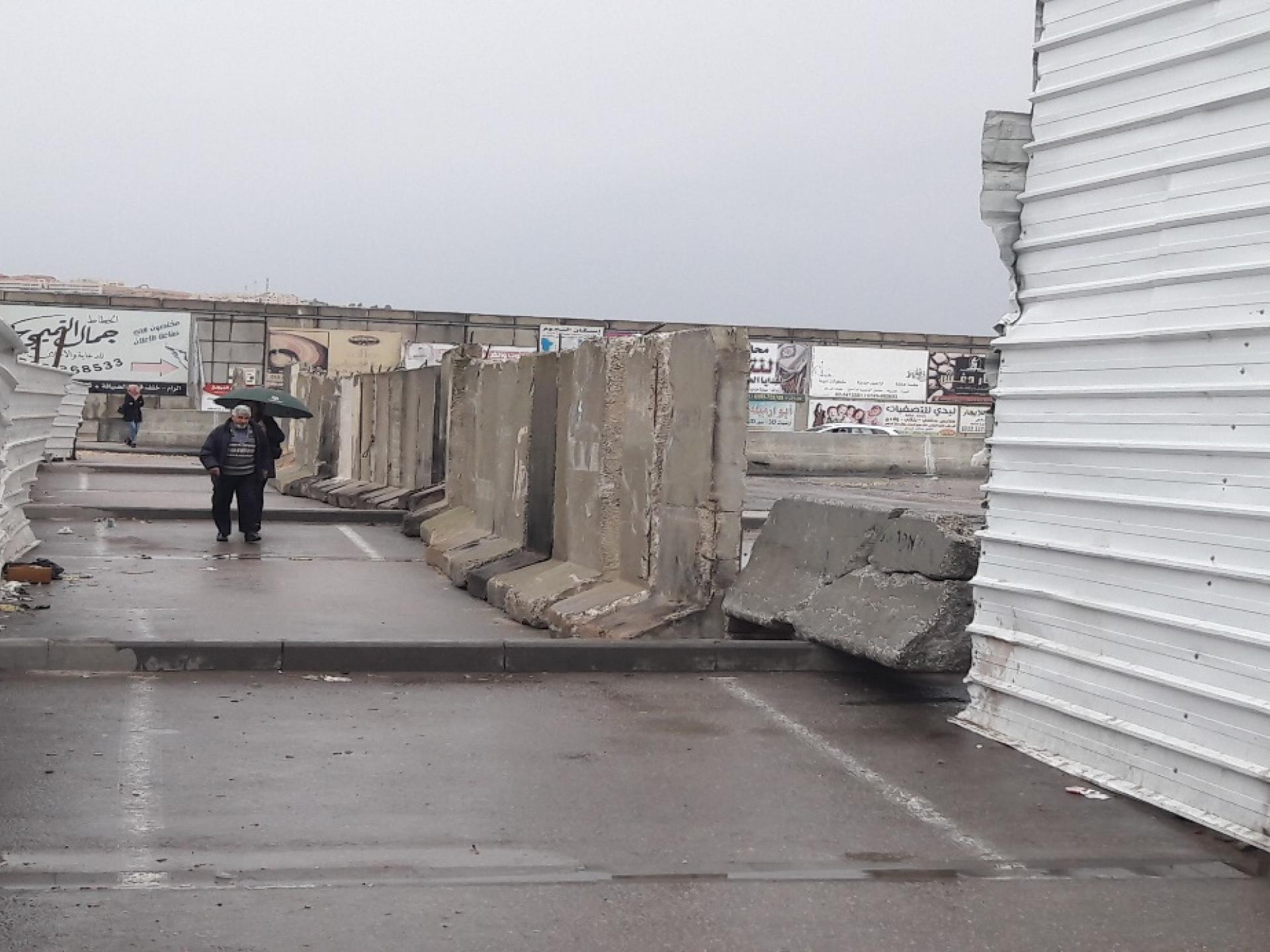 גדר הבטונדות במבט מהמחסום לכביש