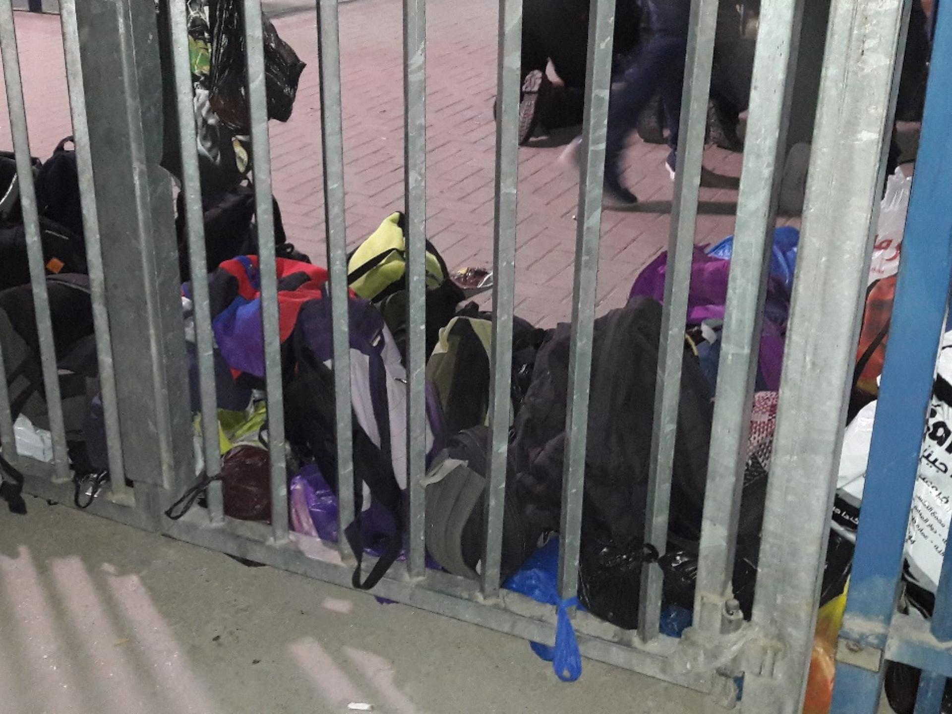 התיקים מחכים ליד הגדר