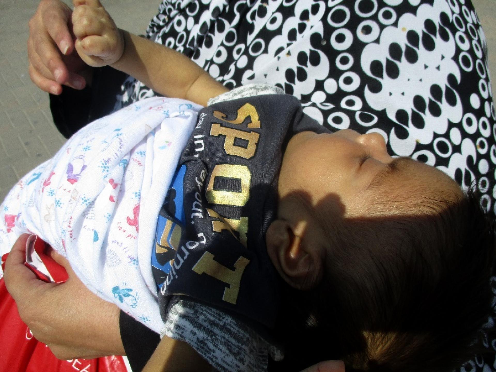 מחסום קלנדיה 5.8.2018 תינוק בן שבועיים בחיק אמו החולה