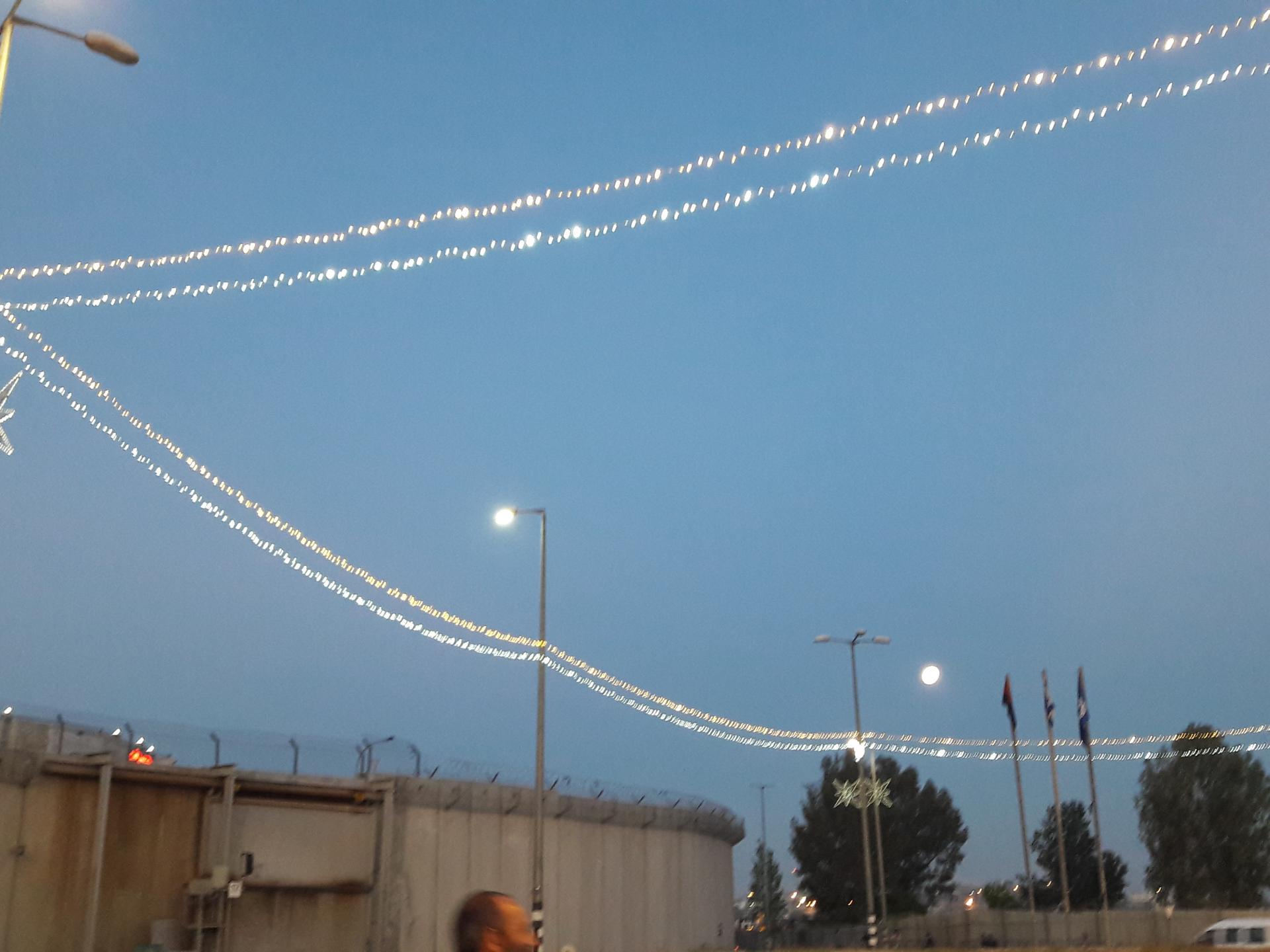 ירח מלא משתלב בתאורה לכבוד הרמדאן