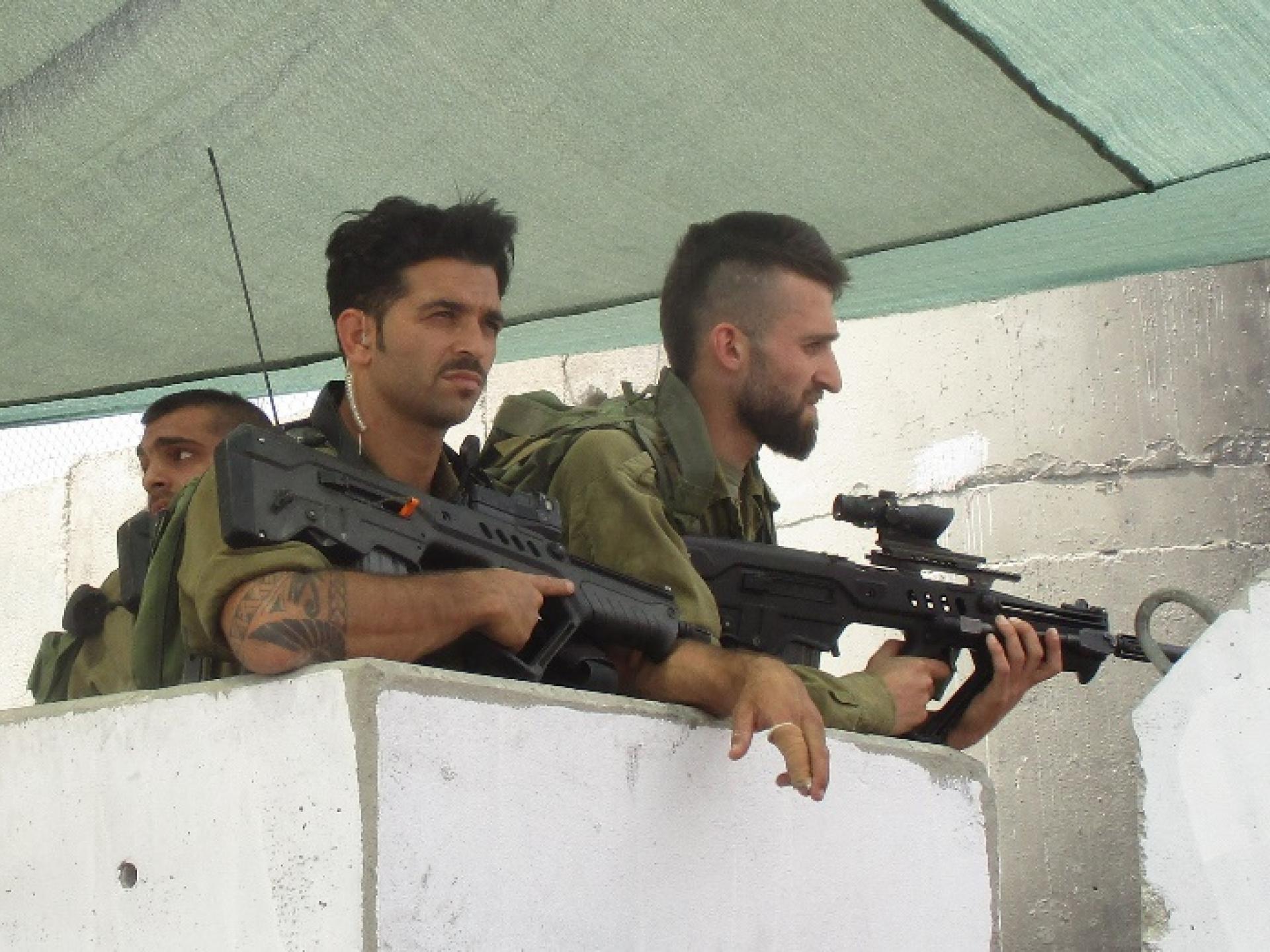חמושים במחסום