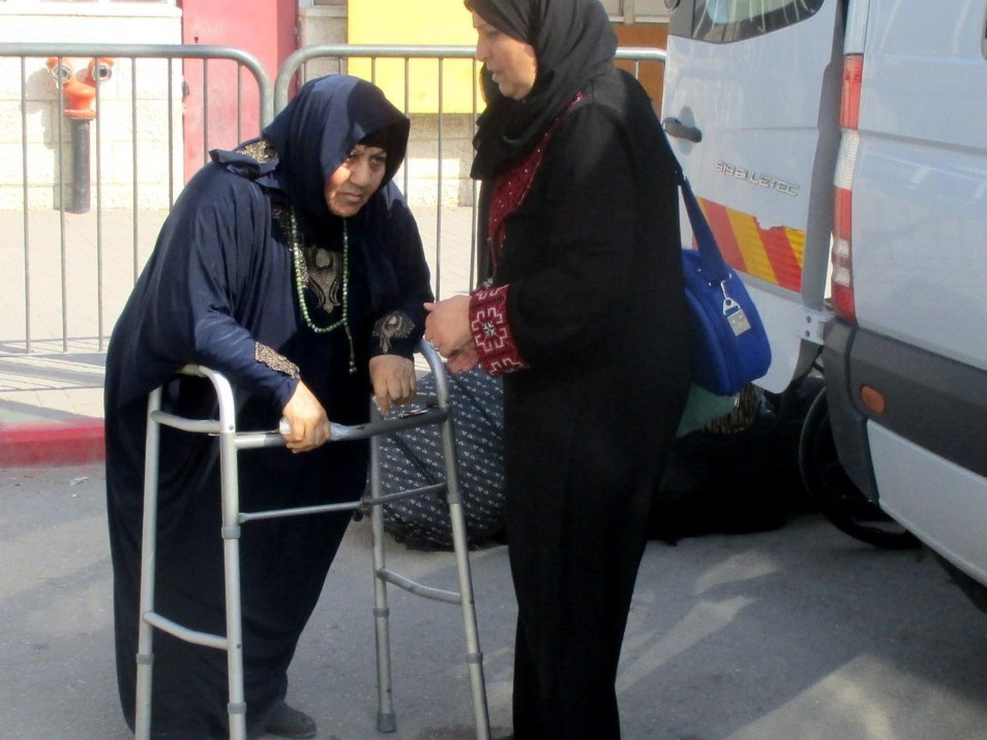 """חולה חוזרת מבי""""ח אל-נג'אח לביתה בעזה"""