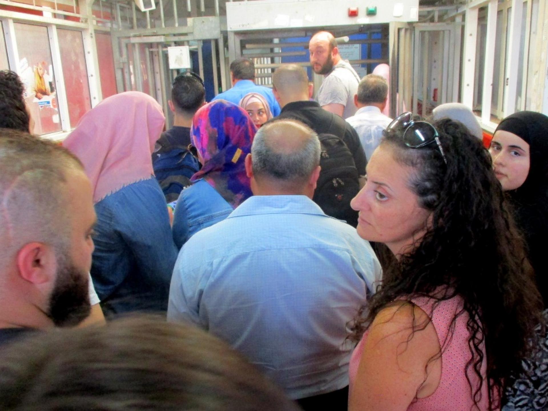 דוחק וצפיפות ואין תזוזה בכניסה למחסום