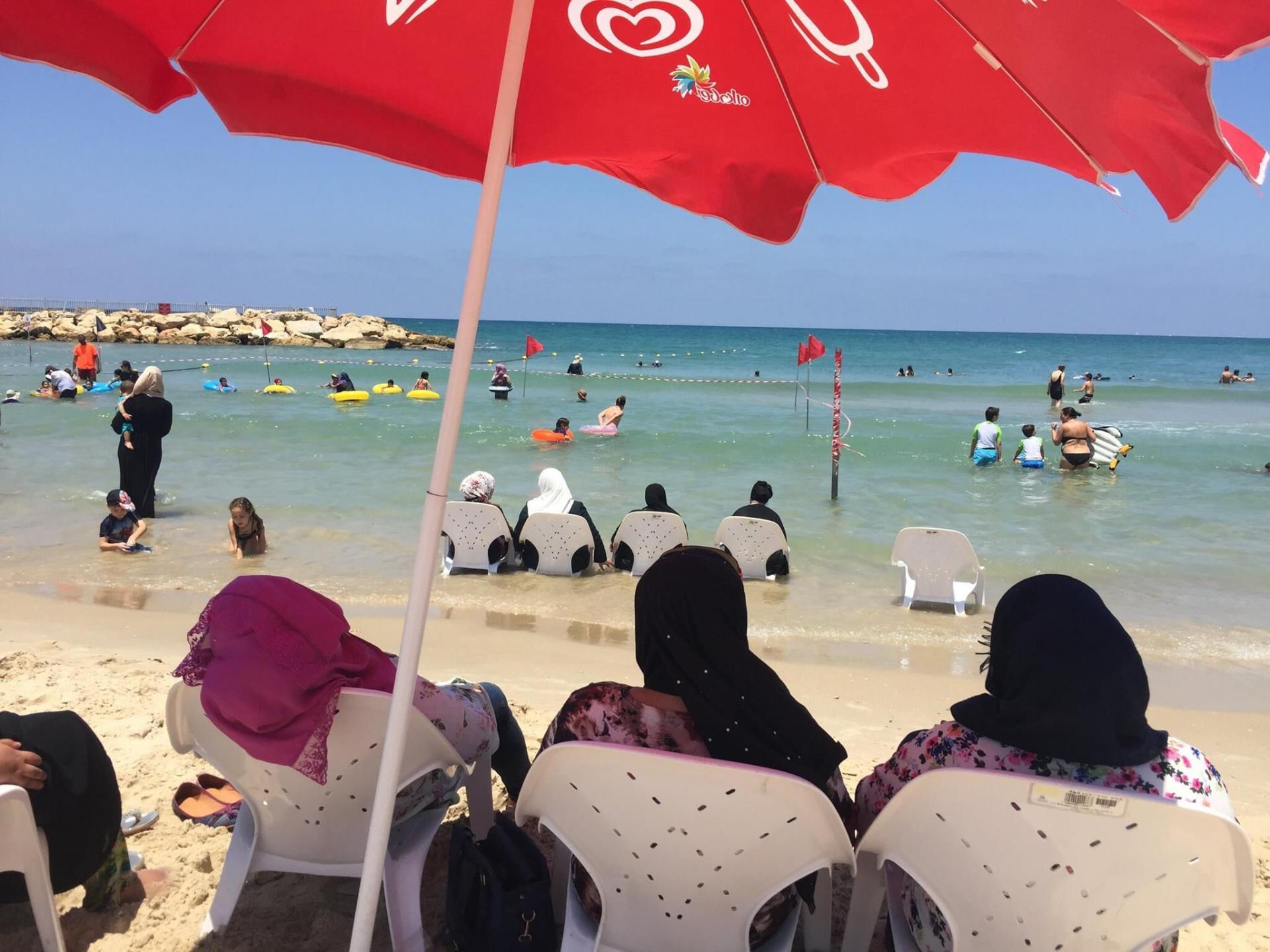הילדים והאמהות נהנים מהים