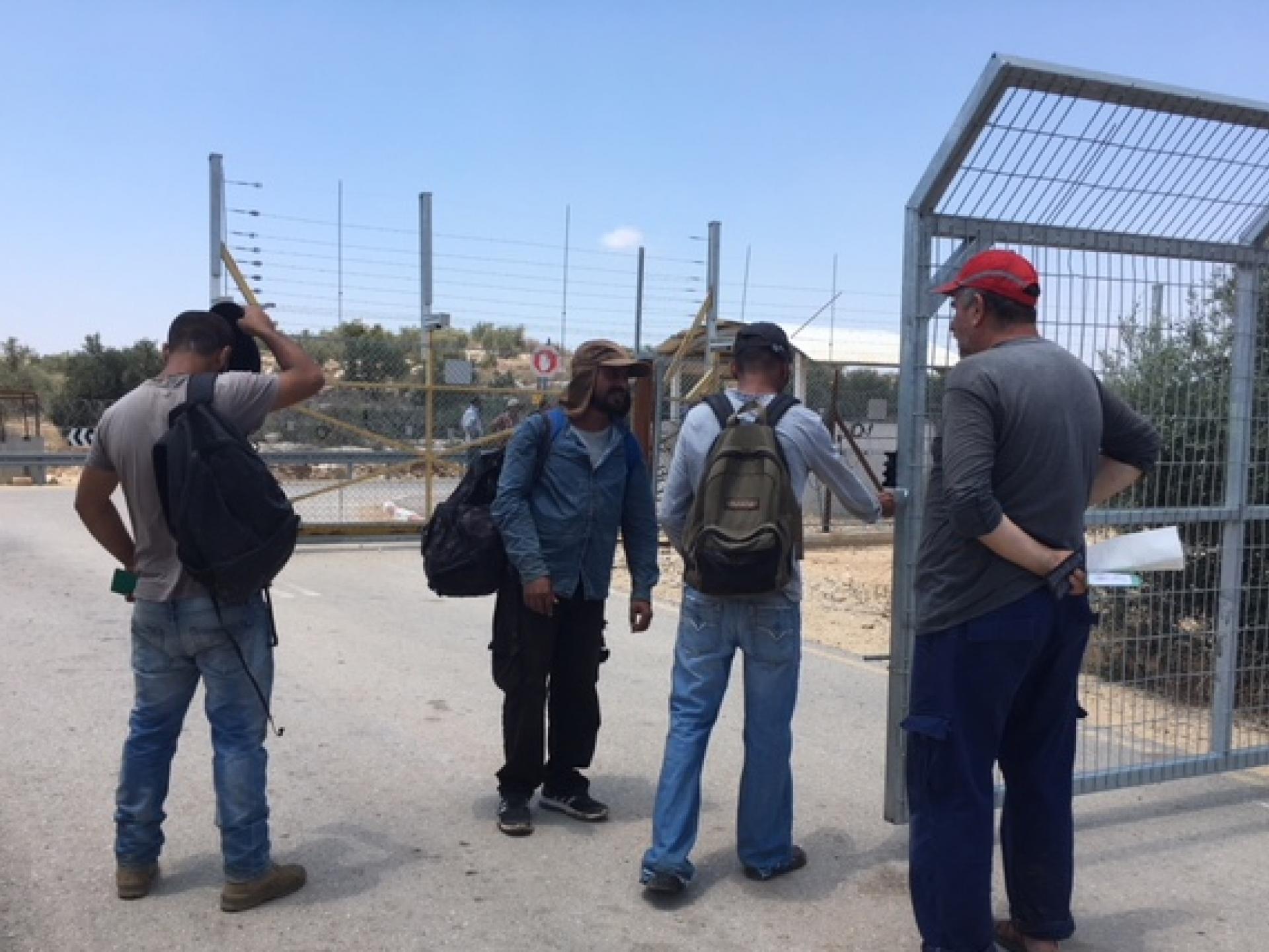 תושבי ערב א-רמדין נפגשים במעבר לכפרם שבמרחב התפר