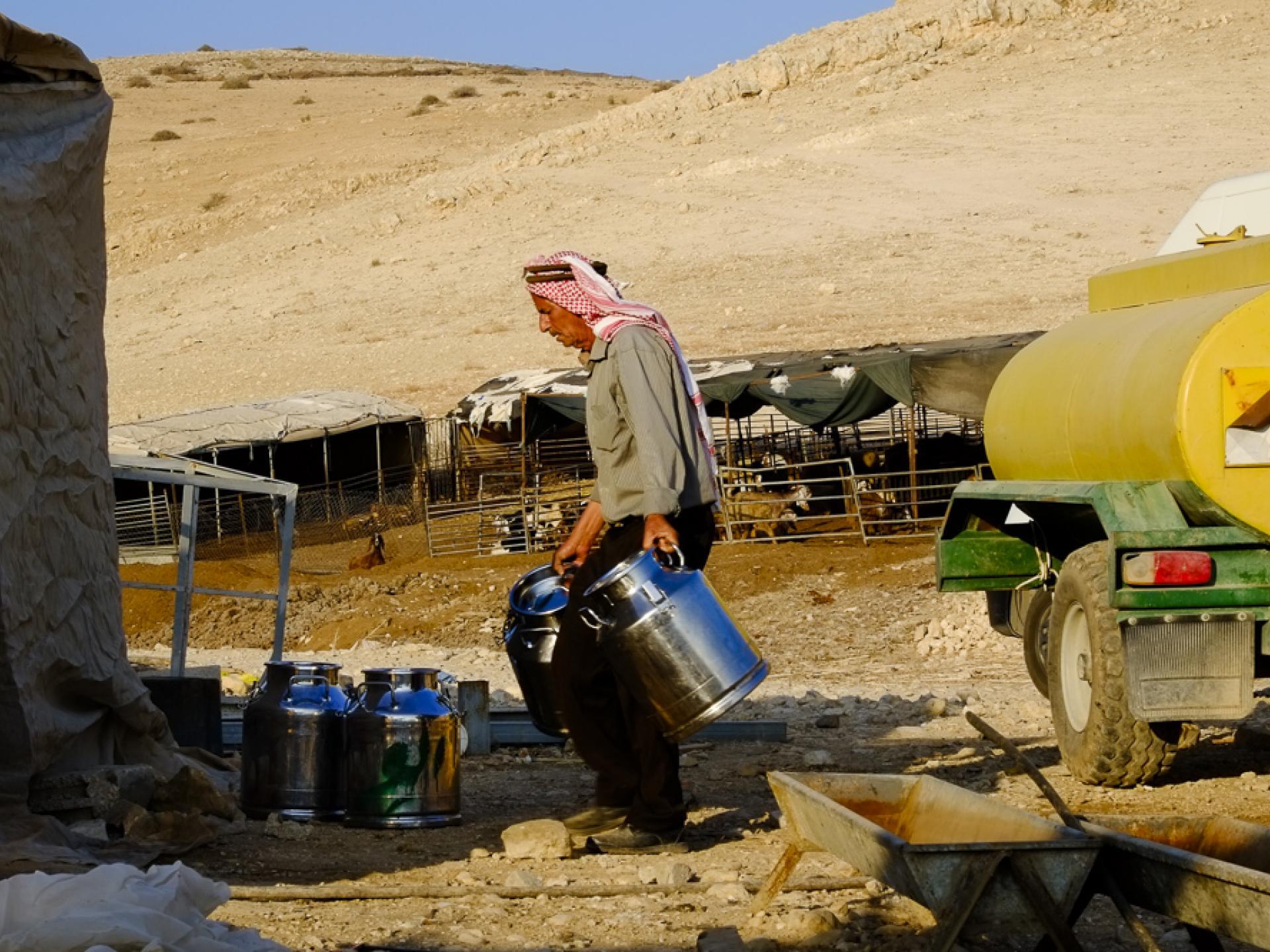 קהילת רועים אל חמה: מכלי חלב