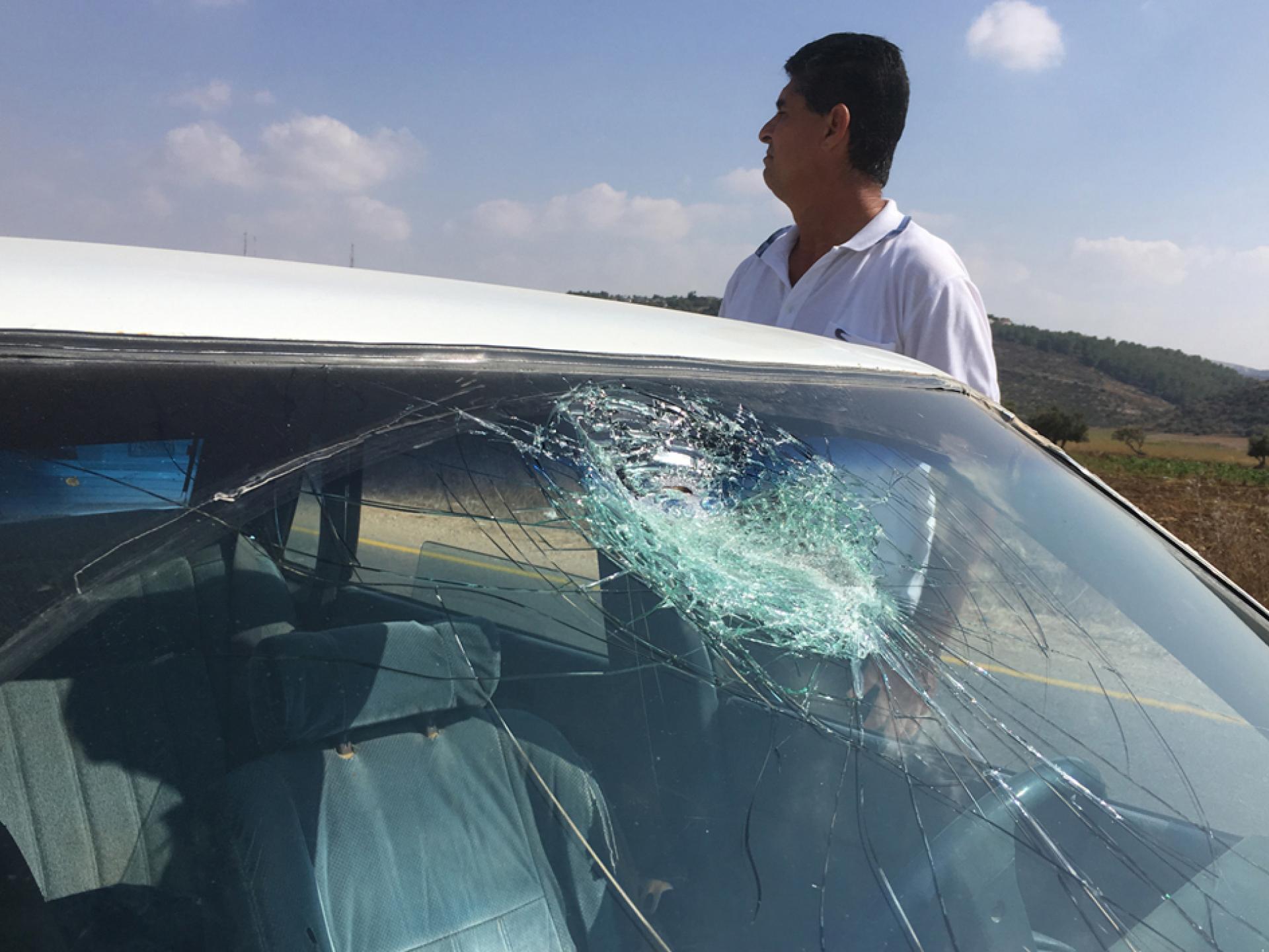 בדרך למחסום יעבד ילדים מנפצים חלון של רכב פלסטיני