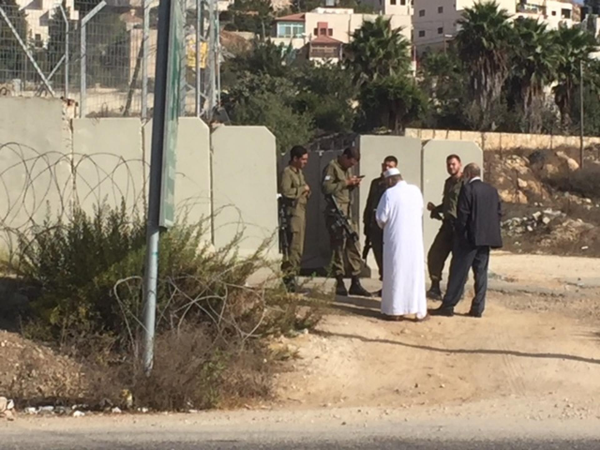 פלסטינים נשואי פנים באו לפילבוקס שבצומת לחפש את תעודת הזהות של הבן