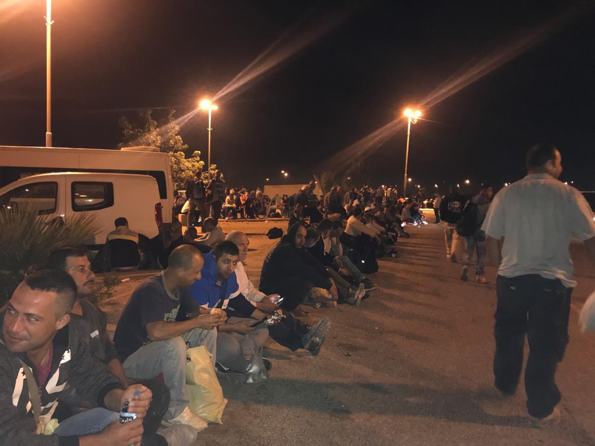פועלים מחכים להסעה במחסום אייל-קלקיליה