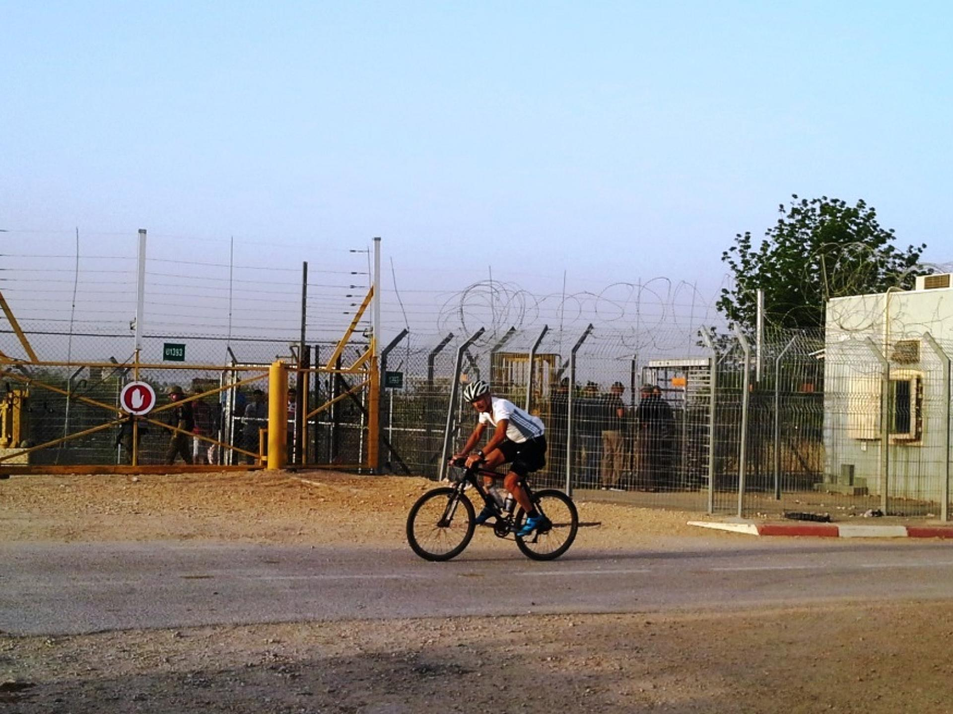 A cyclist on the security road next to Habla CP