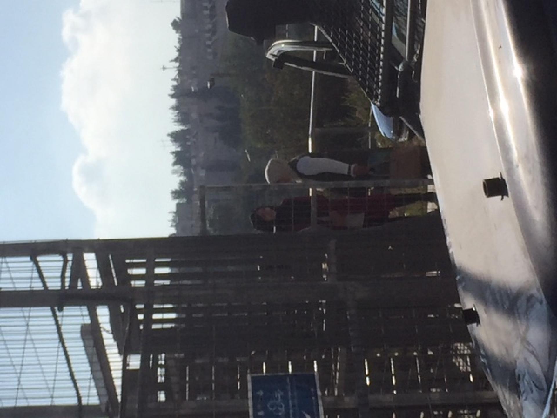 נשים עוברות את השער לשכונת קפישה