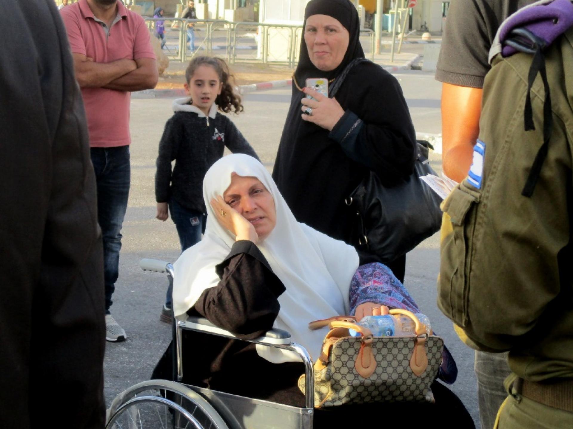 חולים מעזה מחכים להסעה אחרי שבוע שמחסום ארז היה סגור.