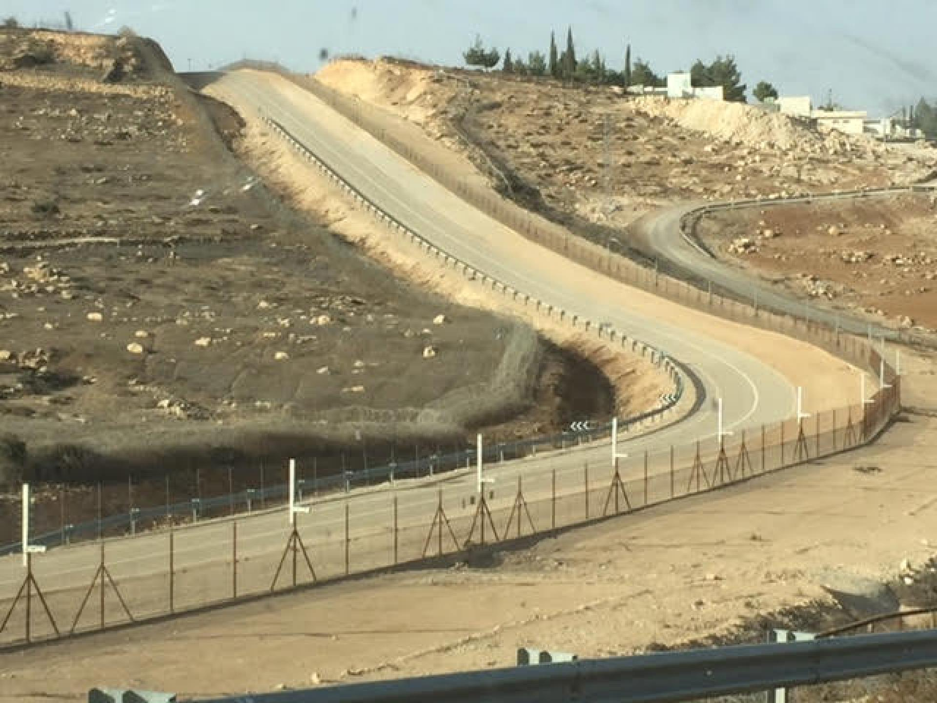 Jura al Kheir: the fence, water facilities and the flowing wastewater