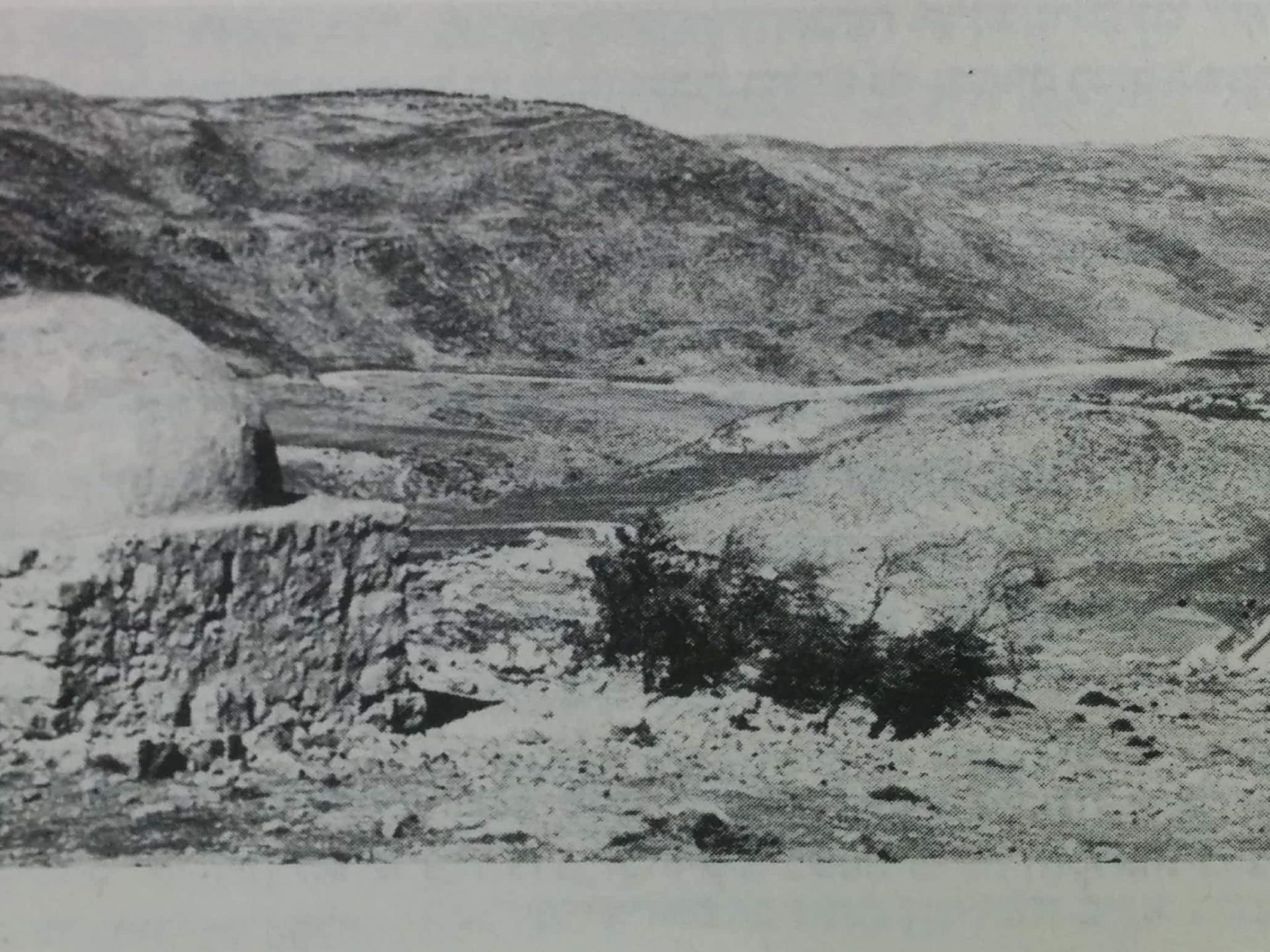 צילום של מקאם סת' זהרה של הצלם עמיקם שווב מ1975 מראה מבנה מוצק ושלם.