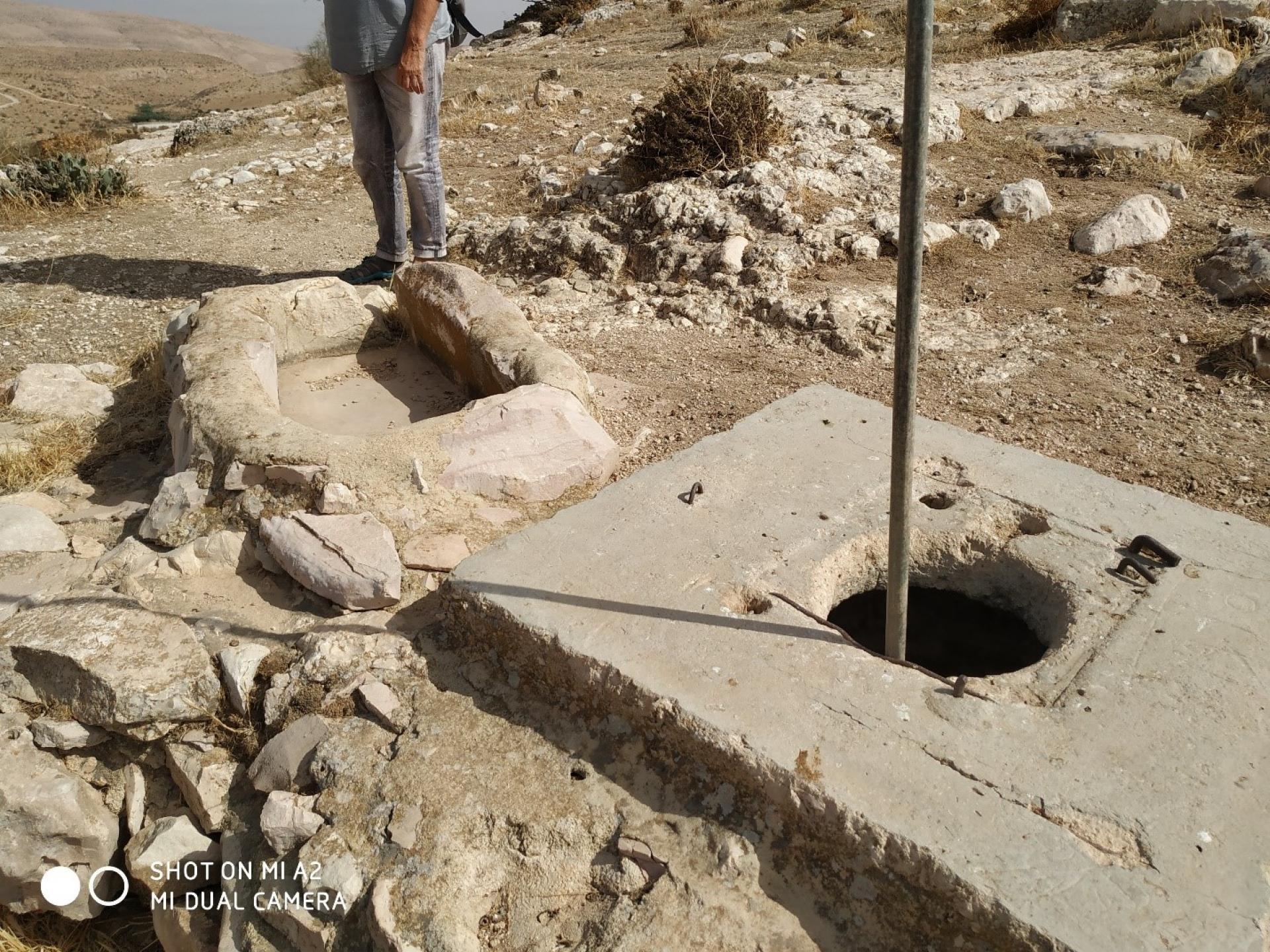שרידי באר מים ושוקת לצאן