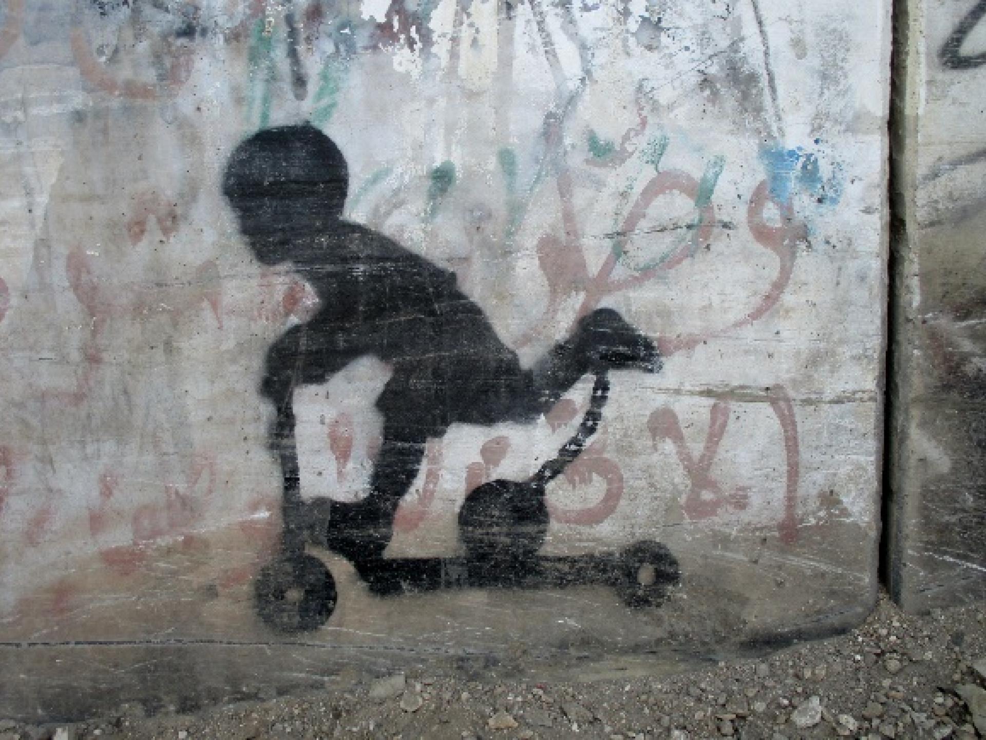 גרפיטי ציורי ילדים - ילד על קורקינט