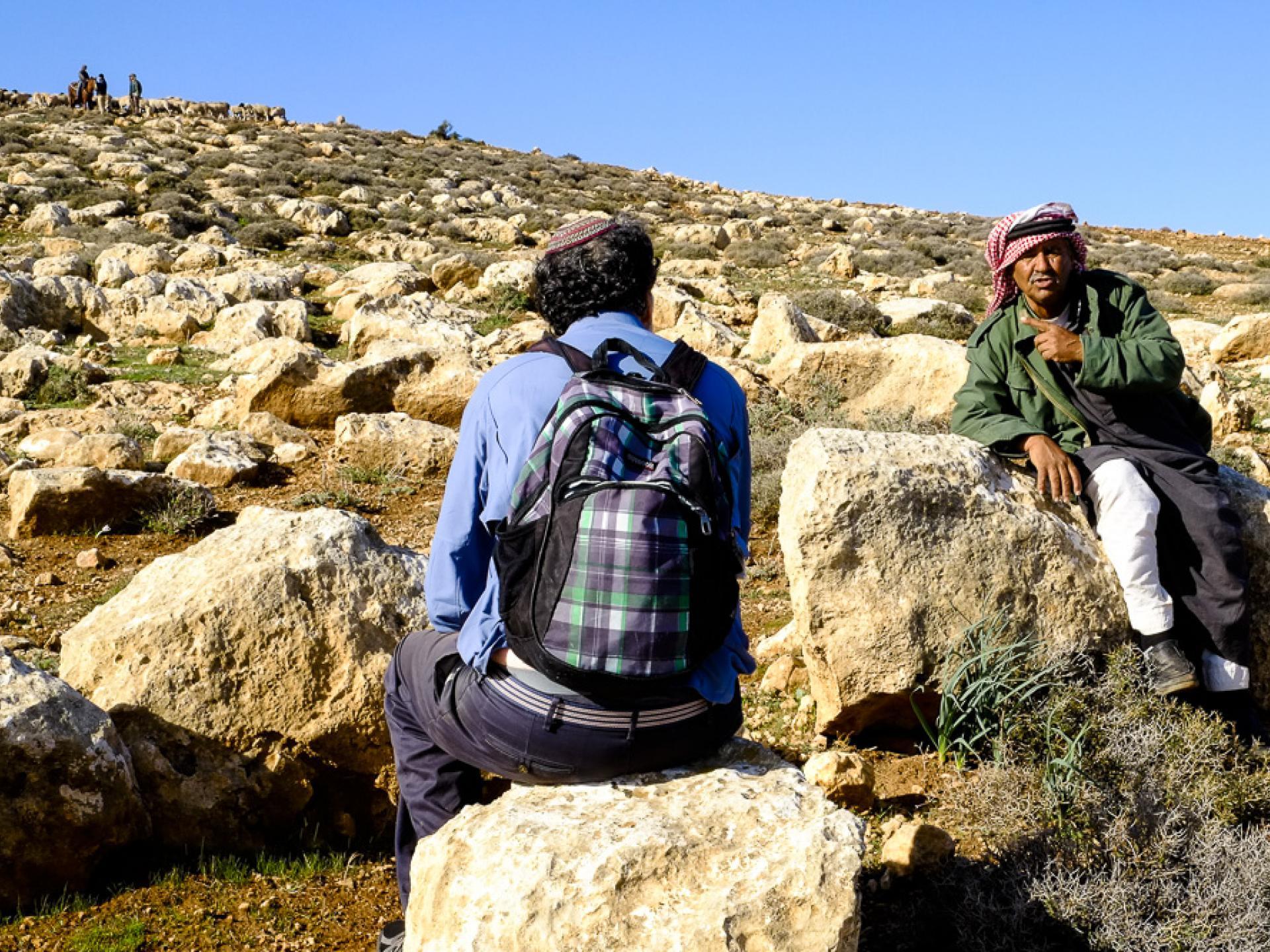 הרב אריק אשרמן עם הרועה הזקן - ברקע על הפסגה חיילים ומתנחלים עם העדר שלהם