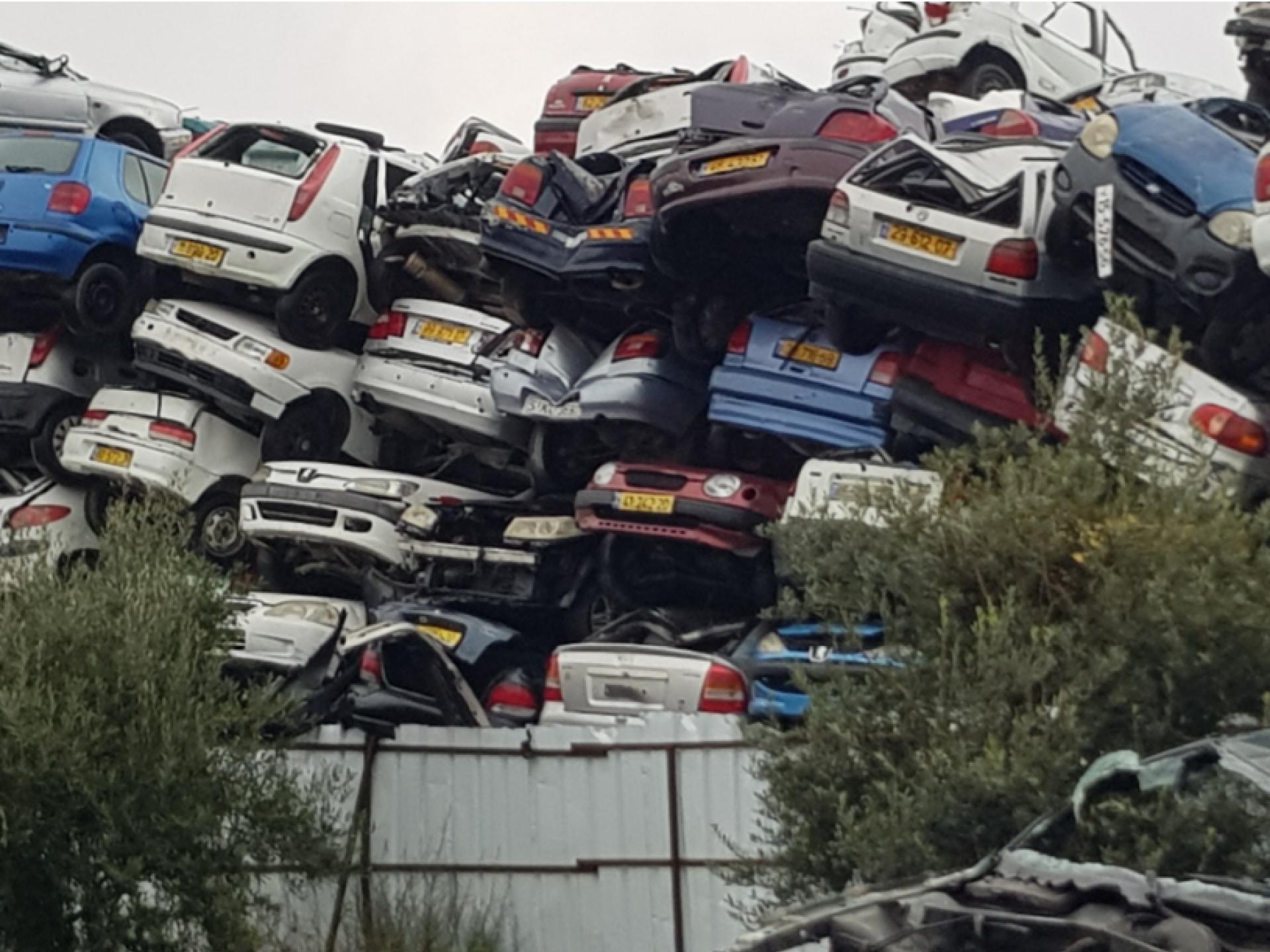 ערמות של מכוניות הרוסות עם רישוי ישראלי.