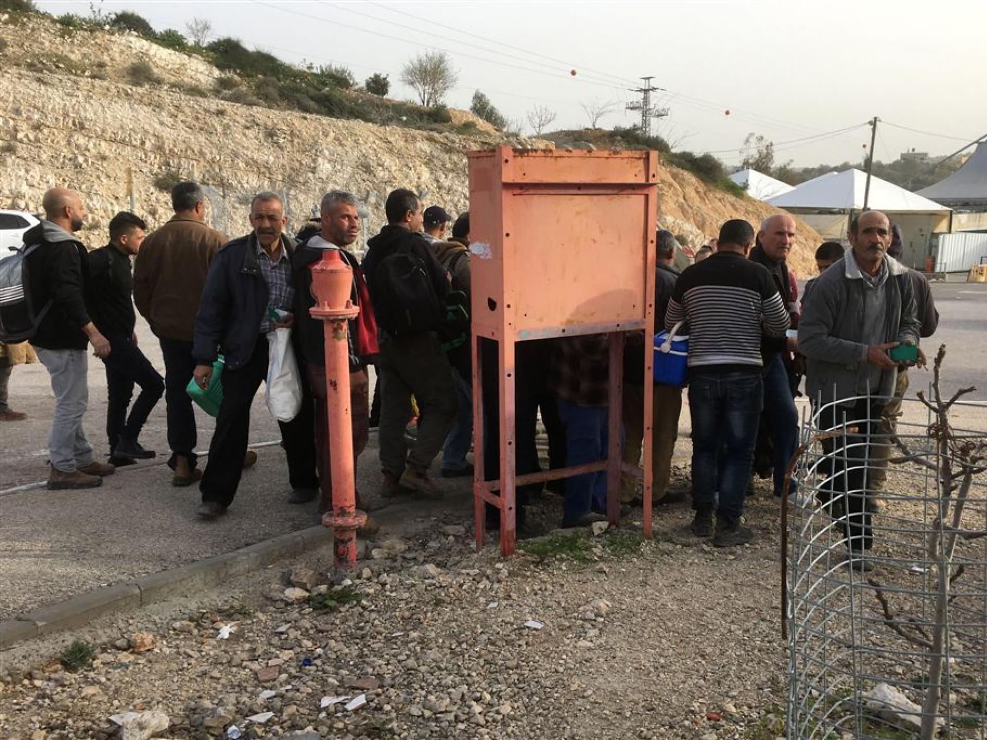 מחסום ברטעה: משמר הגבול מבצע בדיקת פתע לפלסטינים שחוזרים מהעבודה אל ביתם בגדה