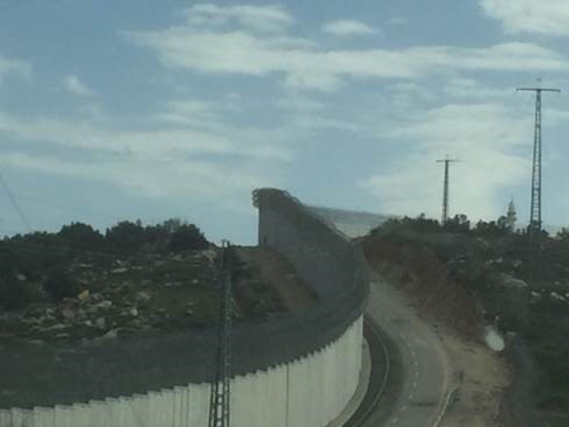 חומת ההפרדה באזור התנחלות נגוהות נמצאת על הקו הירוק, אשר נקבע כקו הפרדה בין ישראל לשכנותיה ב 1949. נגוהות נמצאת בצד המזרחי (הפלסטיני) של החומה; ישראל נמצאת בצד המערבי