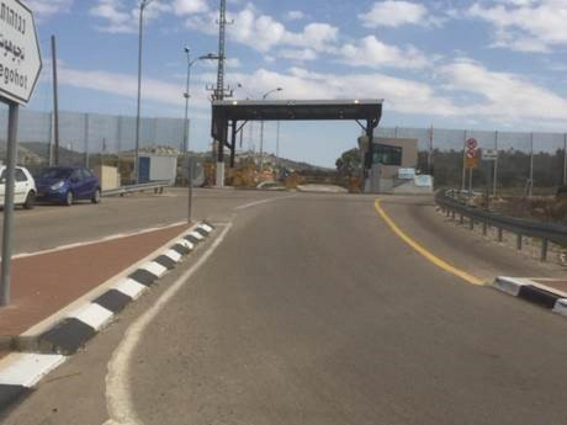 מחסום שקף בכביש להתנחלות נגוהות (כביש 3265): כאן מותר לעבור רק לאזרחים ישראליים יהודים (כגון מתנחלים). אזרחים ישראליים ערבים נשלחים לעבור במחסום מיתר או תרקומיא