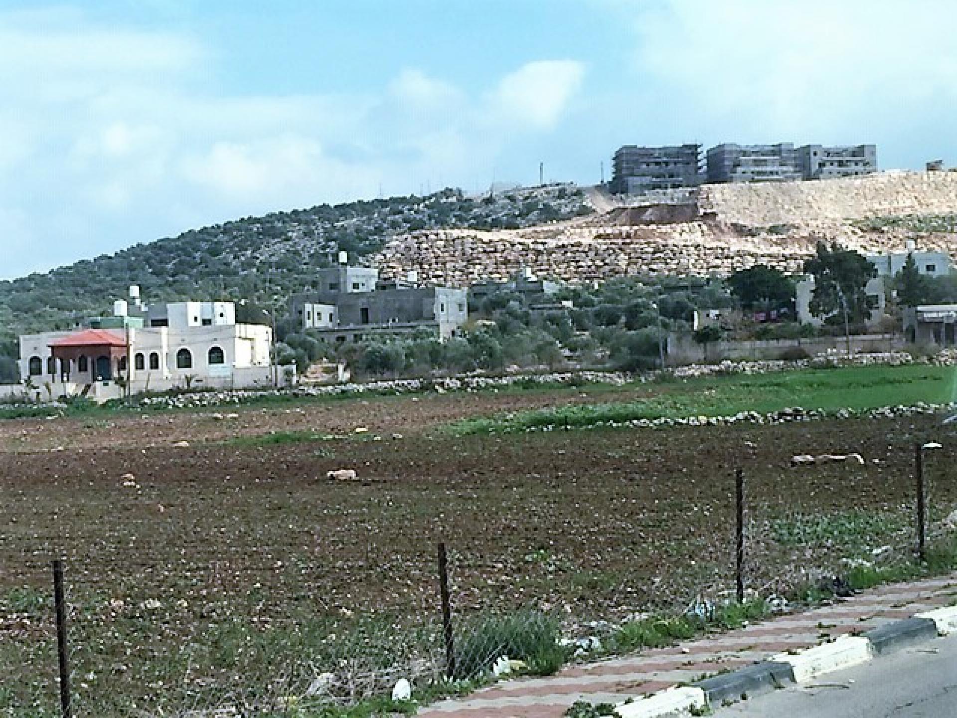 החומה מגיעה  ממש עד בתי הכפר דיר בלוט