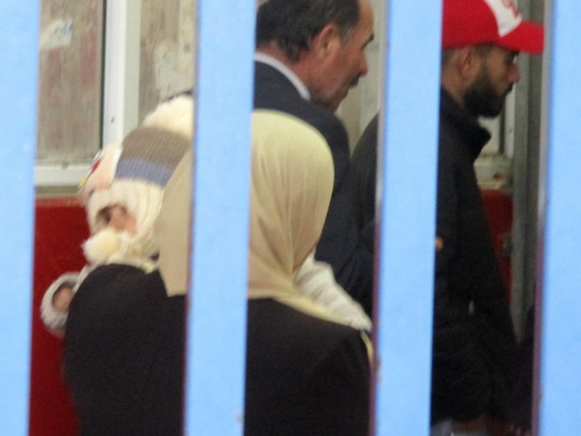 פלסטינים עוברים במחסום קלנדיה