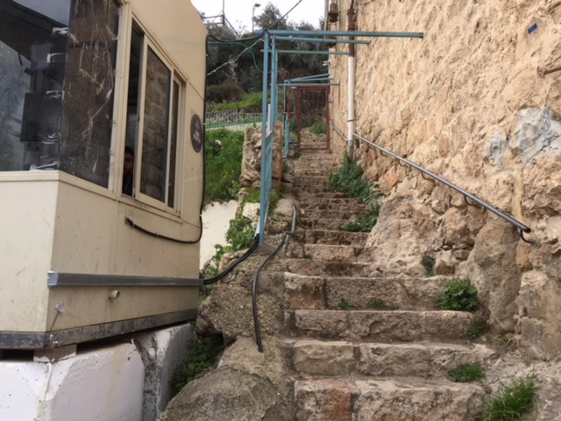 המדרגות לבית הספר כפי שהיו בעבר