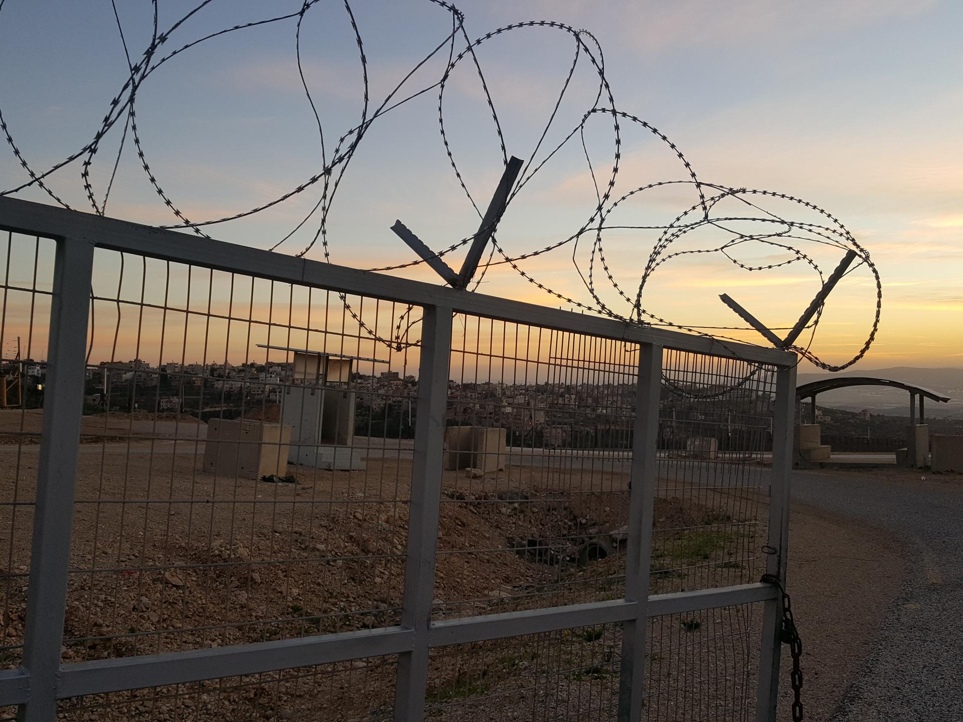 מחסום עאנין: זריחה יפה מעל כיבוש מכוער