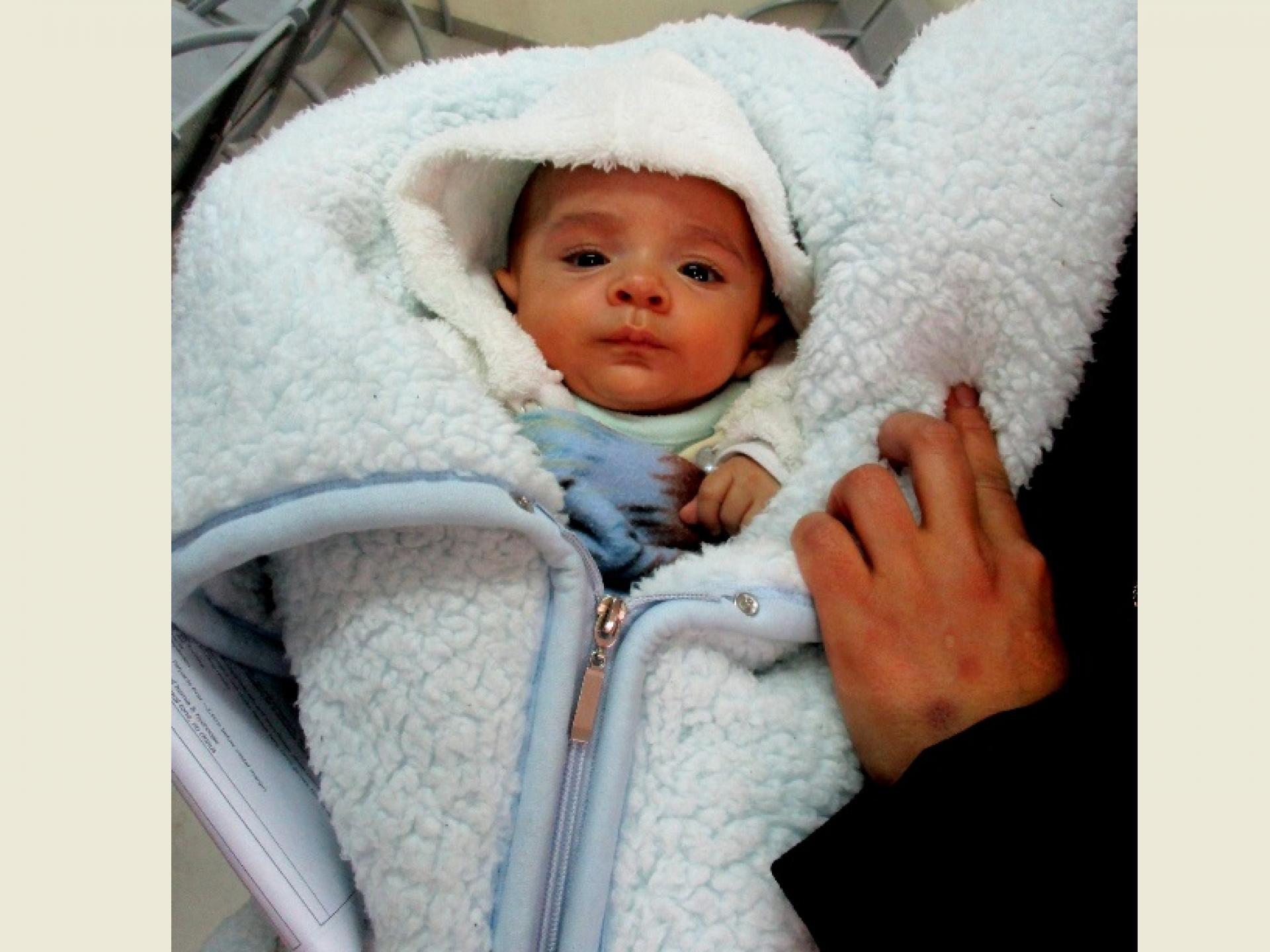 תינוק במחסום קלנדיה בדרך מבית החולים בחברון לביתו בעזה
