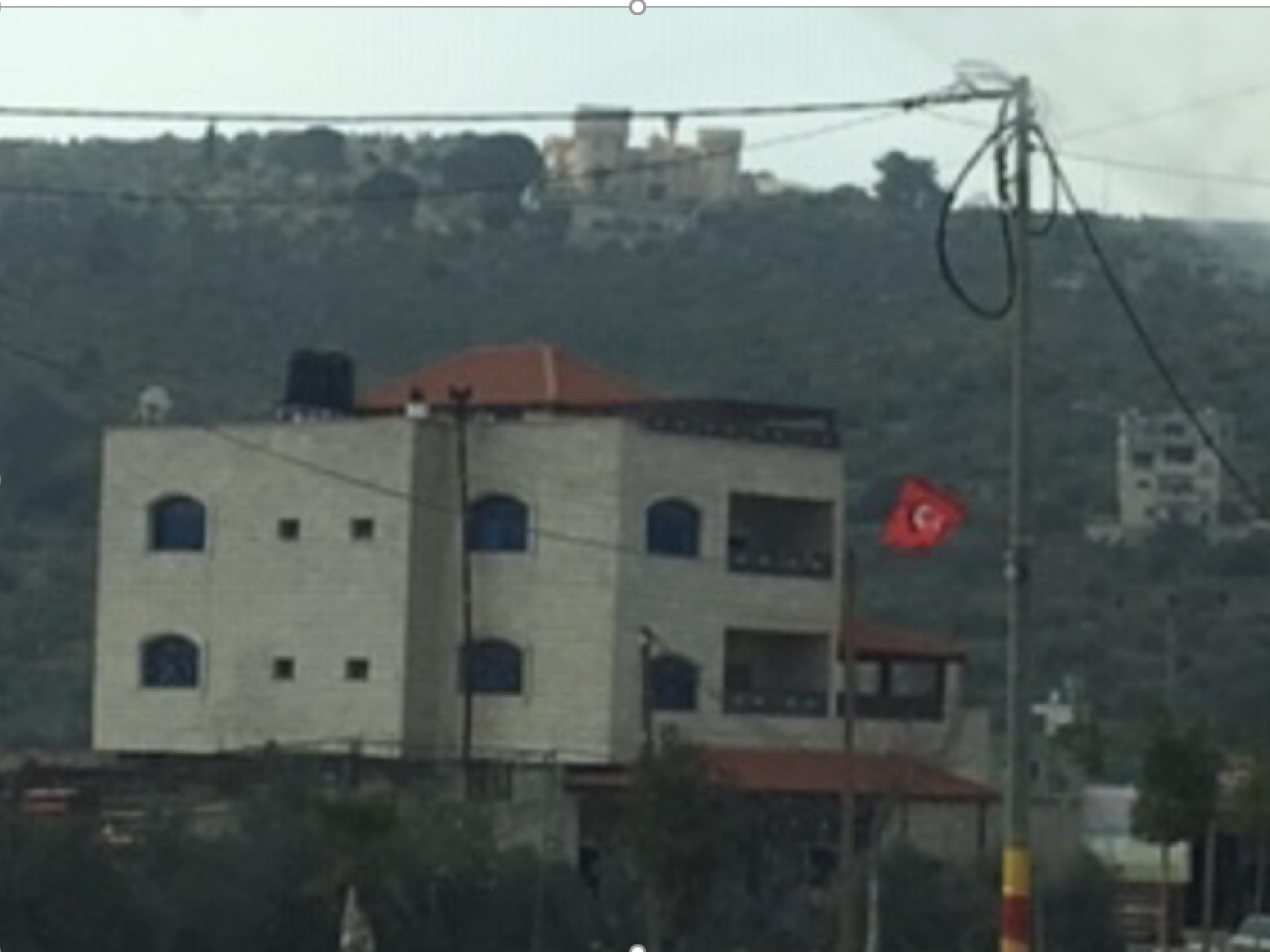 בית דמוי ארמון בסגנון מורי על הגבעה מעל ביתא